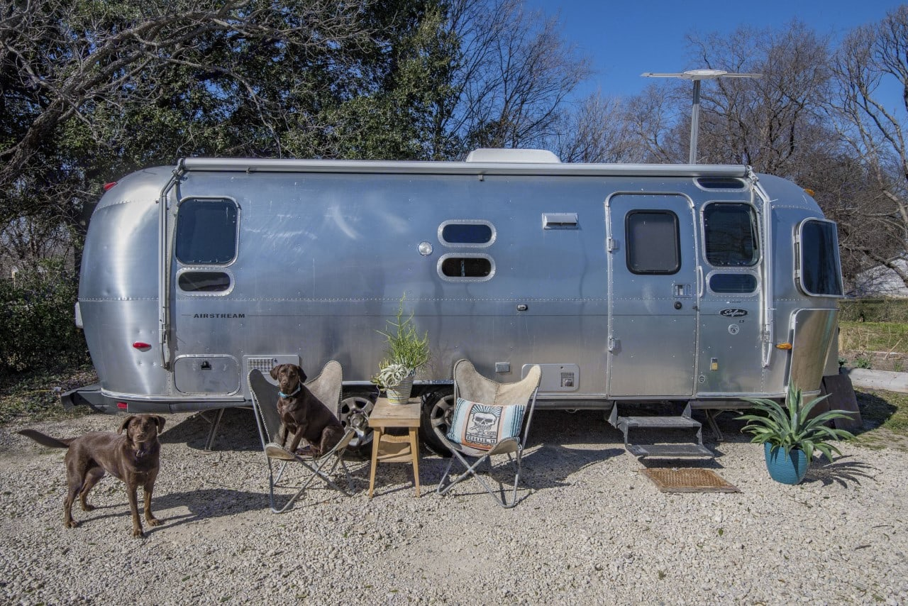 Enjoy the outdoors close to Downtown Fort Worth. Great Curb appeal.. Airstream Safari 2006