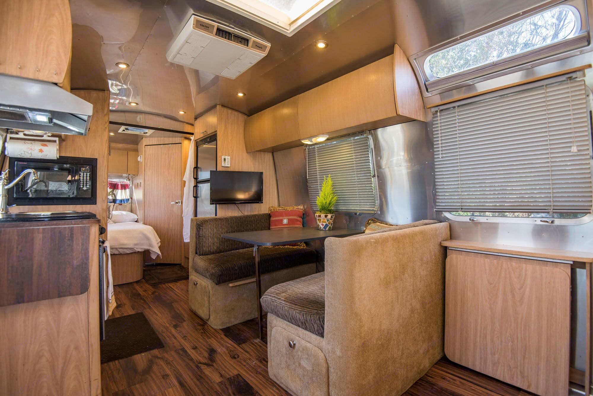 Comfortable interior with fold out table and bench seats. Perfect for playing cards and games. Airstream Safari 2006