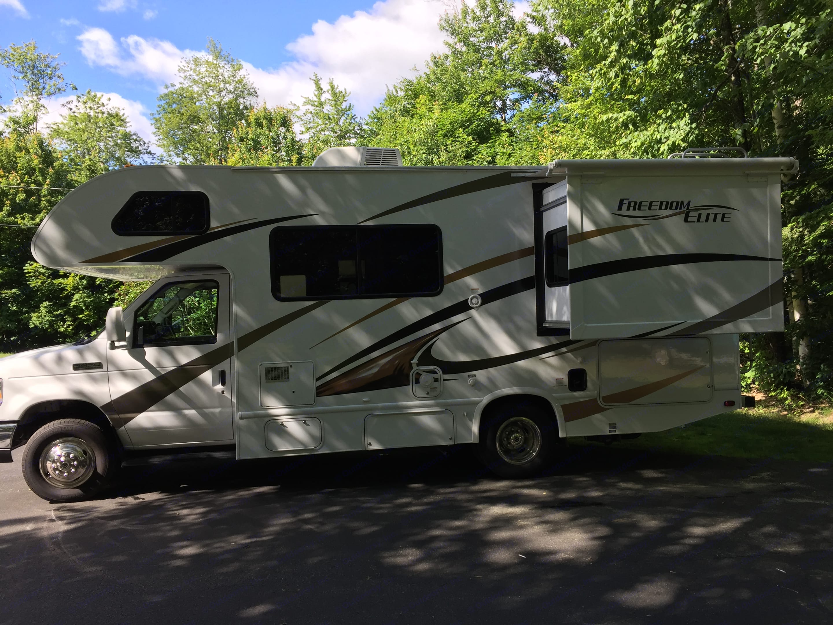 Plenty of room for your entertainment plus an elegant look with this Freedom Elite.. Thor Motor Coach Freedom Elite 2016