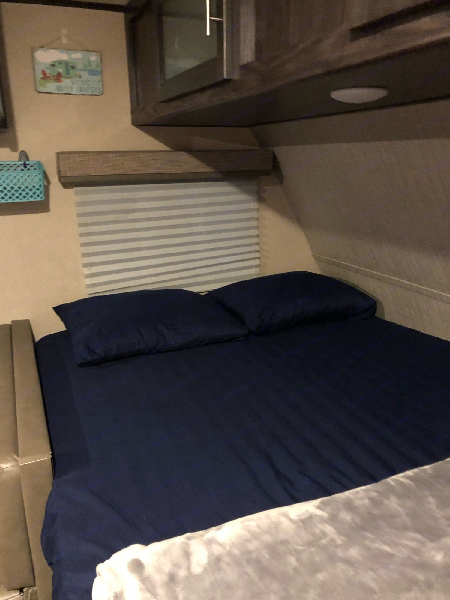 Queen size mattress sleeps 2.. Dutchmen Kodiak 2018