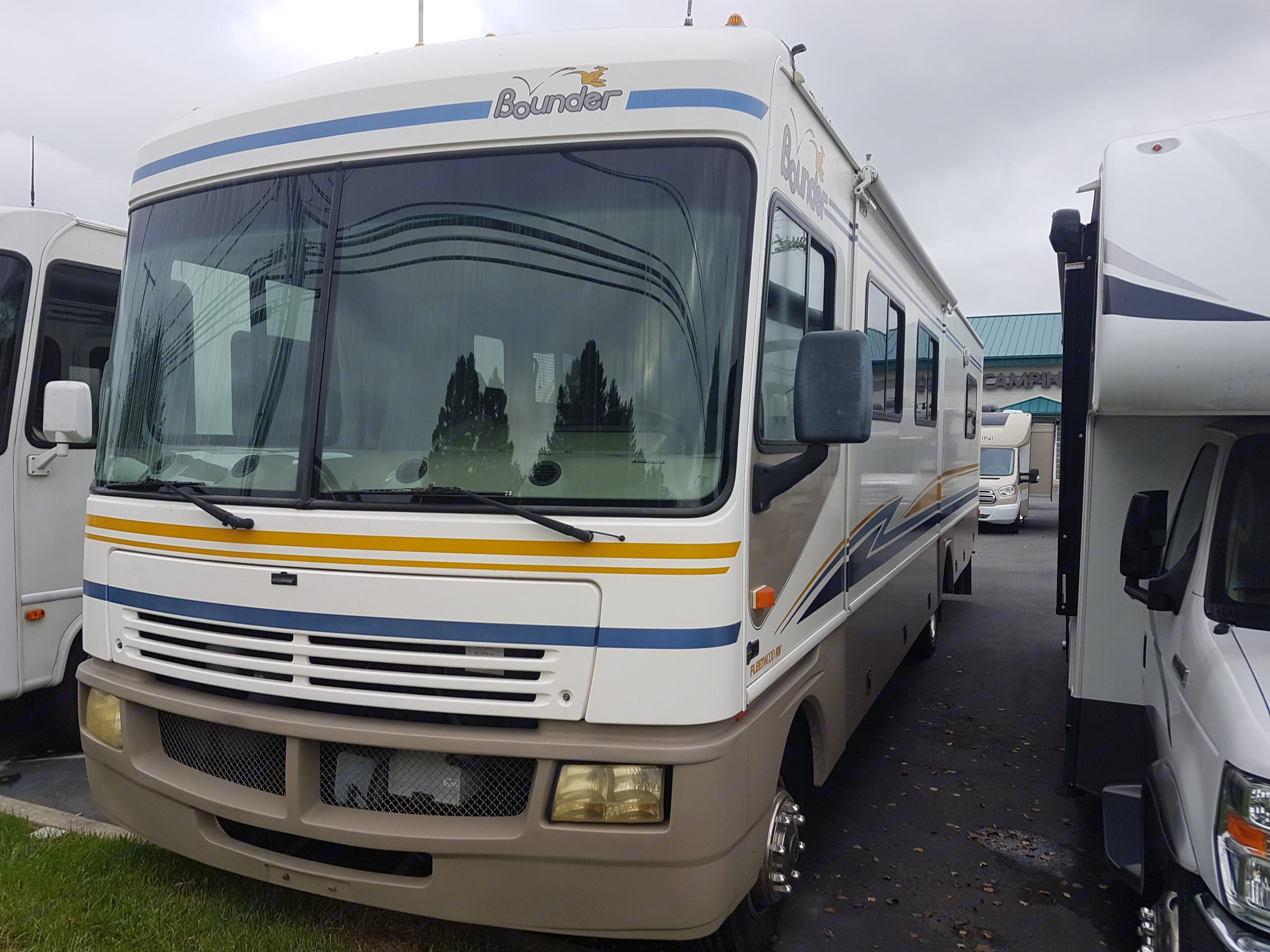 Great RV for your travel vacations. Fleetwood Bounder 2003
