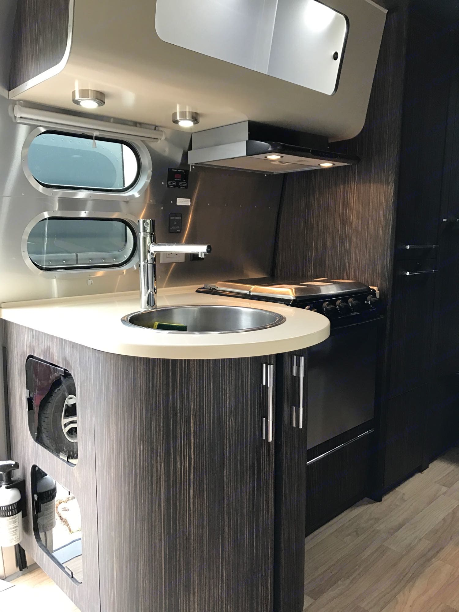 gas cooktop and oven. Airstream International 2015