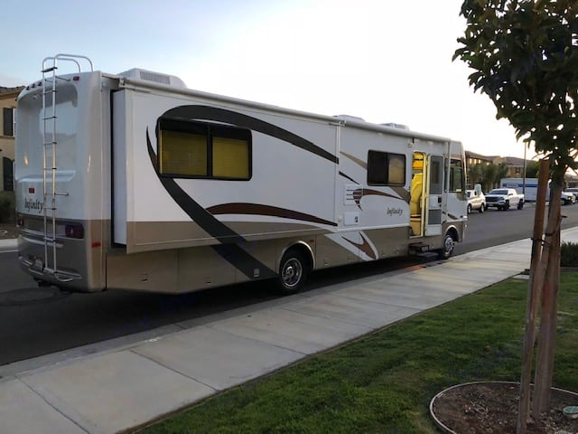 Excellent condition. Thor Motor Coach Four Winds Infinity 2003
