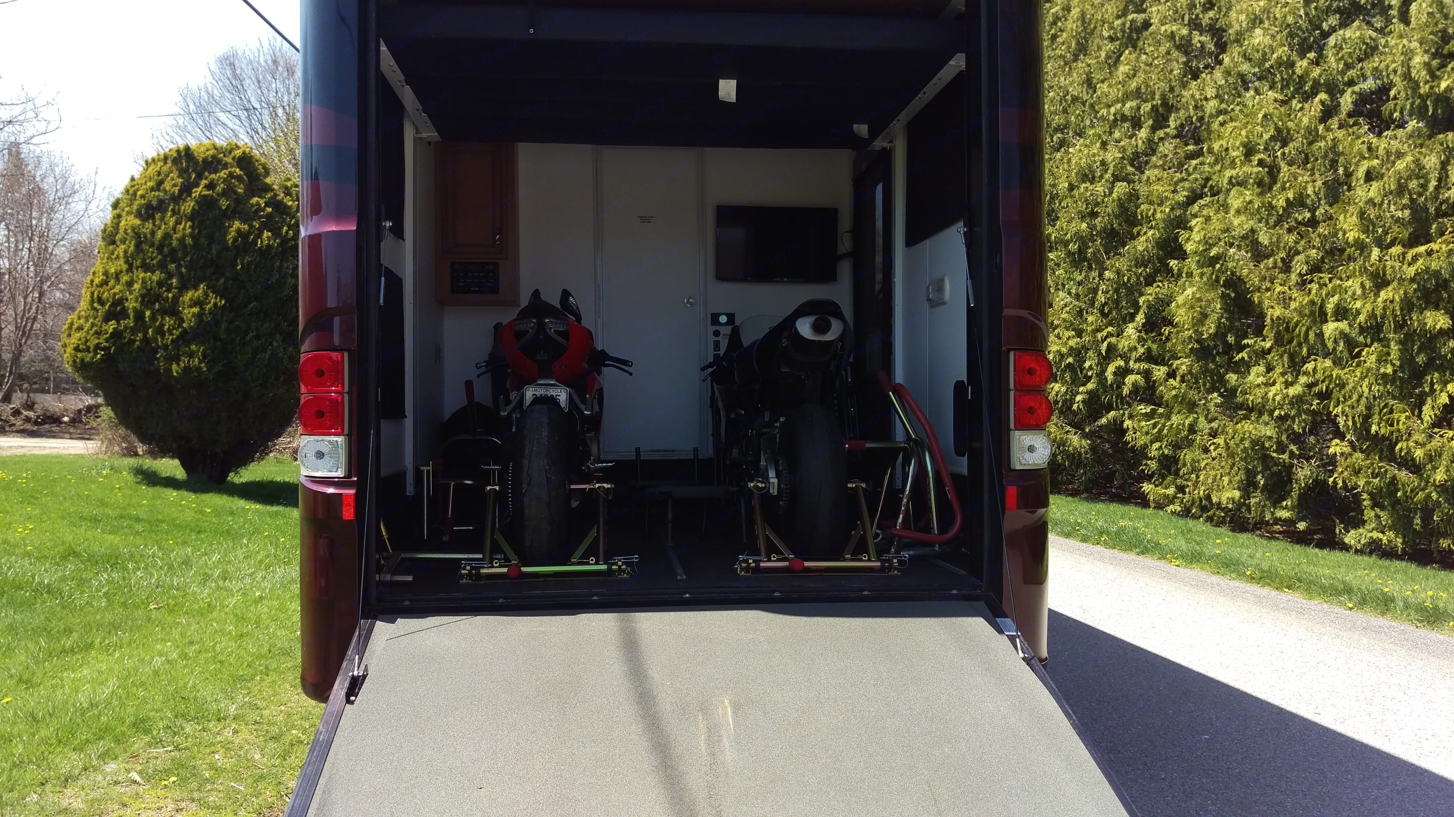 Garage with 2 bikes. Newmar Canyon Star 2014