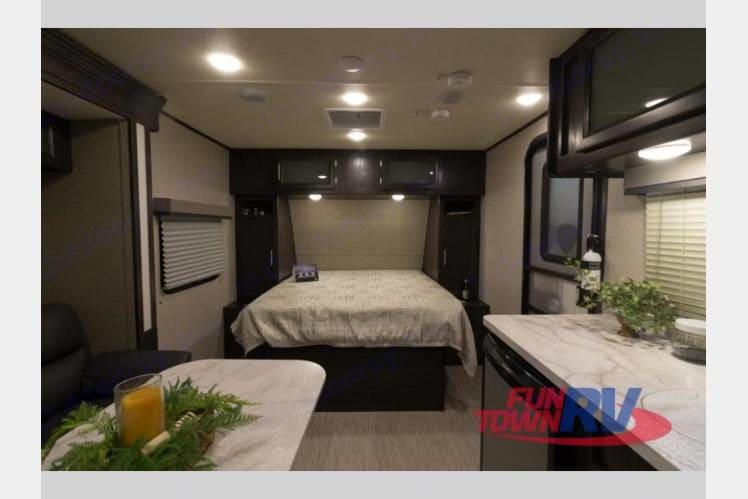 Residential sized memory foam queen bed. Dutchmen KodiakCub185MB 2018