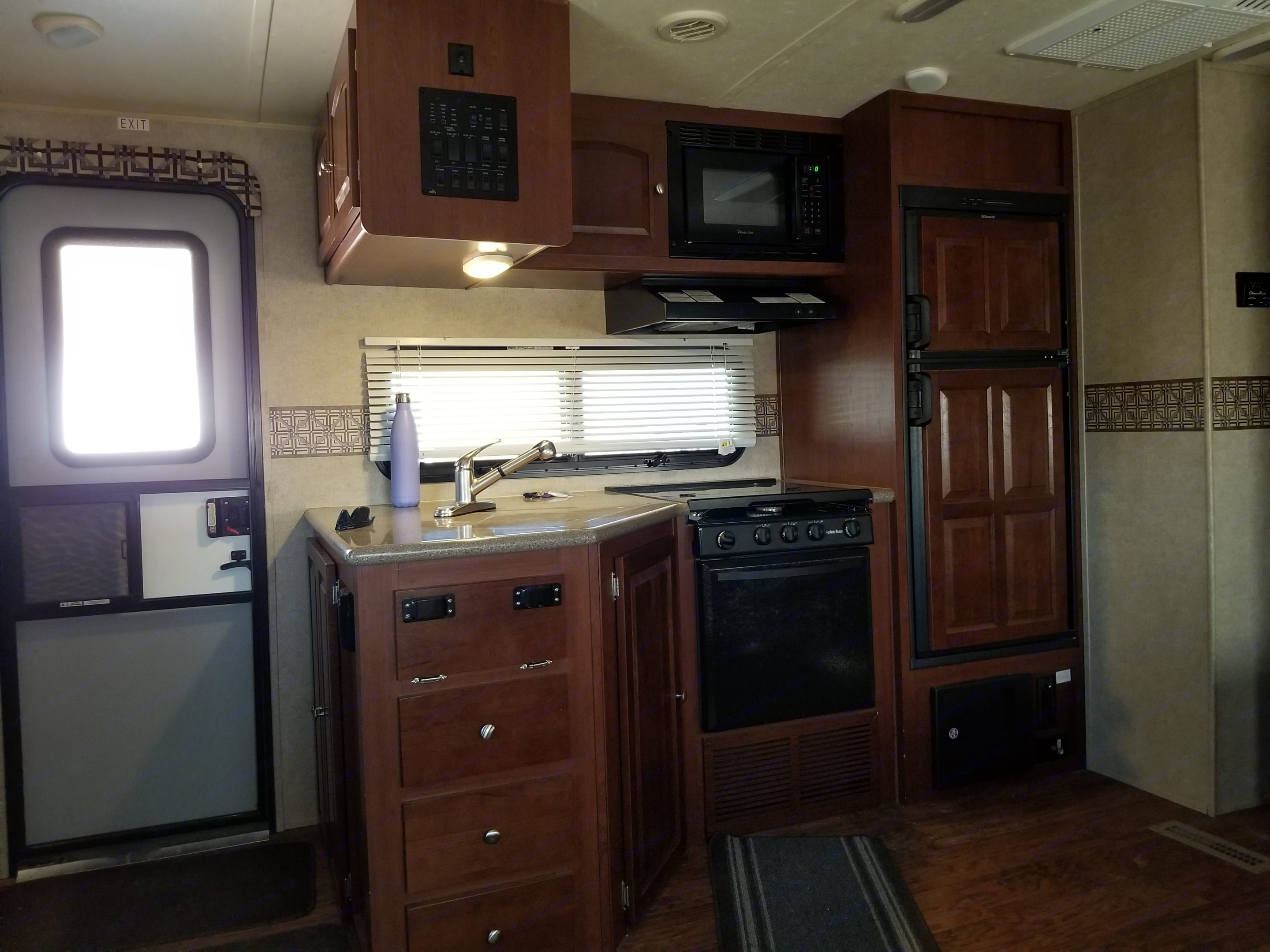 Nice and spacious kitchen.. Forest River Rockwood Ultra Lite 2015