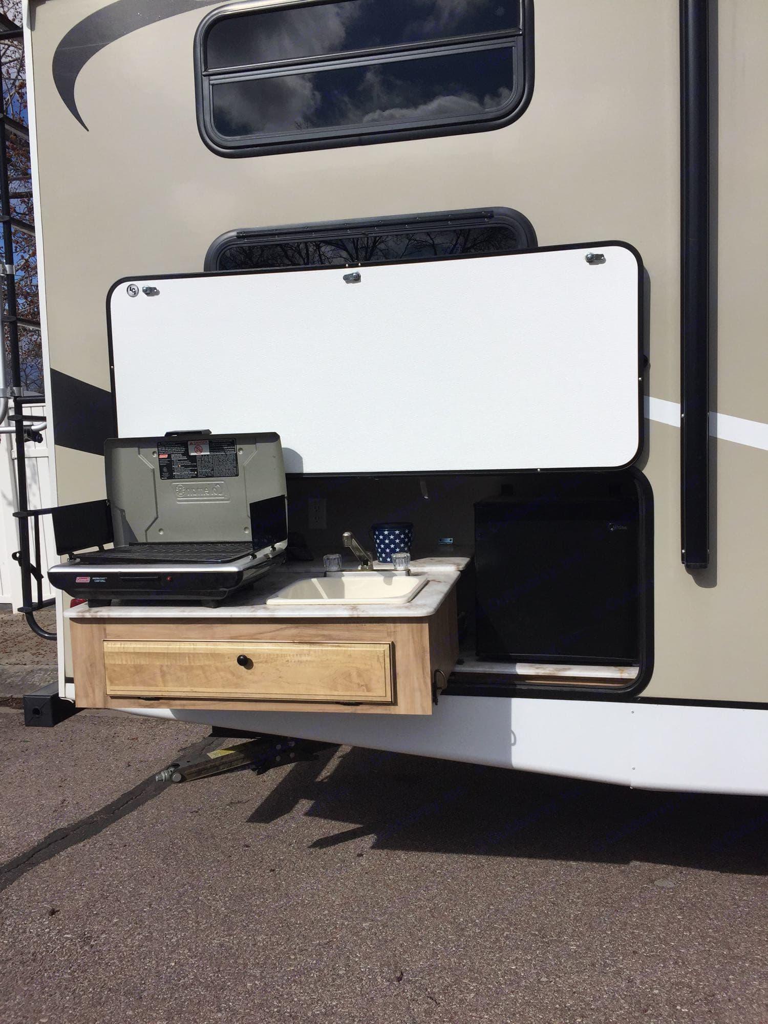 Outdoor Kitchen. Coachmen Freedom Express 2018