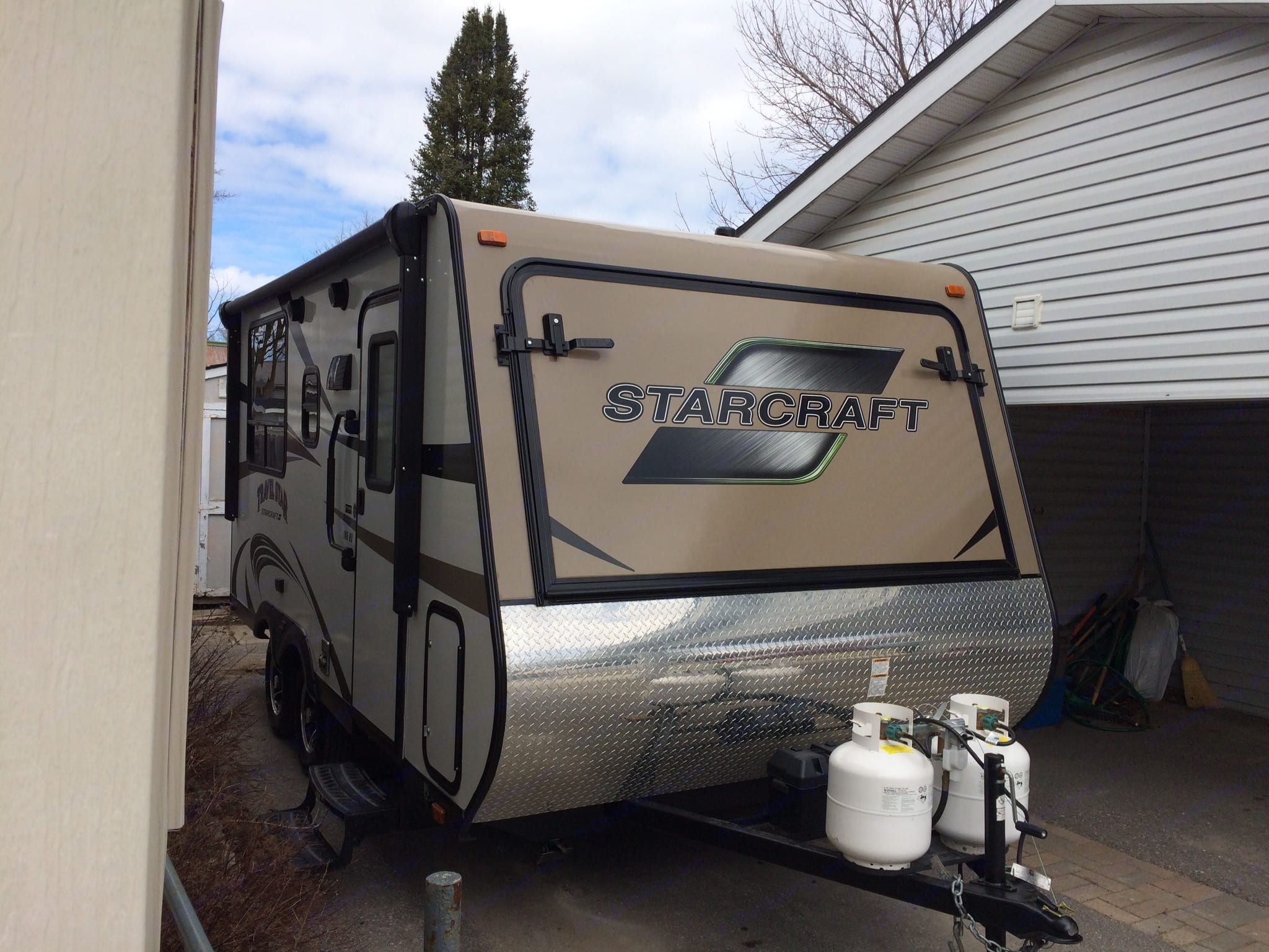 Hybrid makes towing a breeze and the size is perfect for all camp grounds. Larger ones are hard to accommodate . Starcraft Travel Star 2016