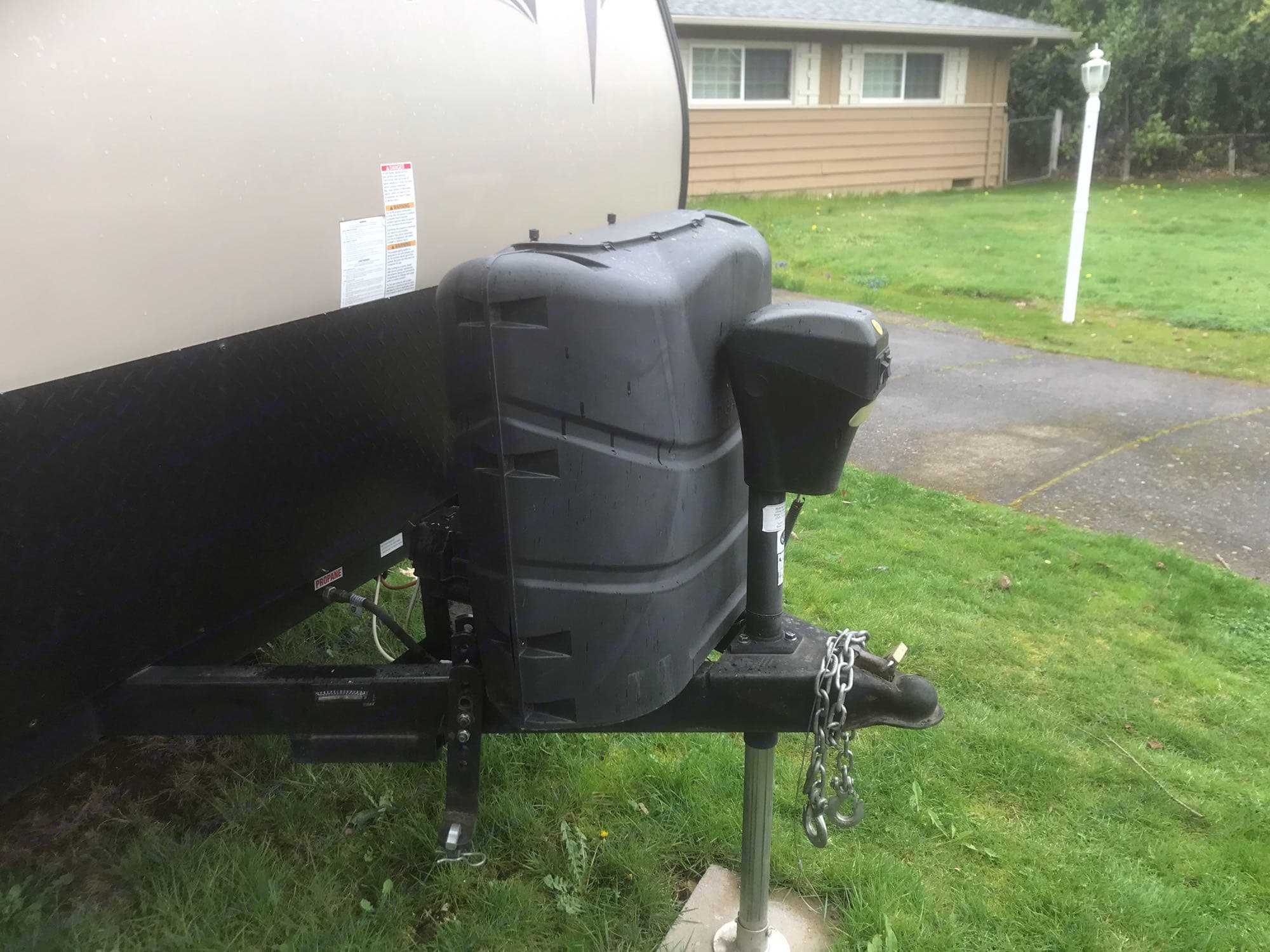 Electric tongue jack with two propane bottles under cover.. Forest River Wildwood X-Lite 2015
