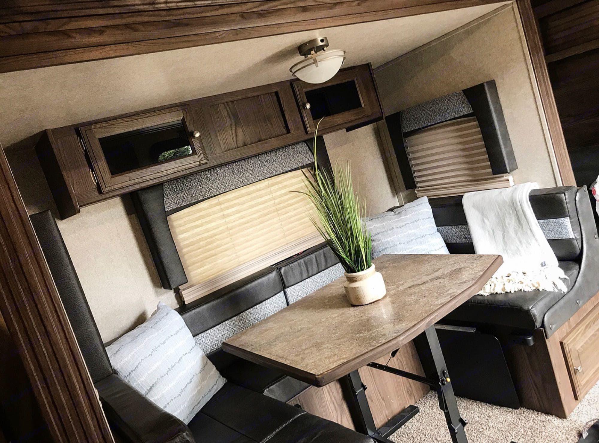 *Dinette seats 6. Forest River Rockwood Ultra Lite 2018