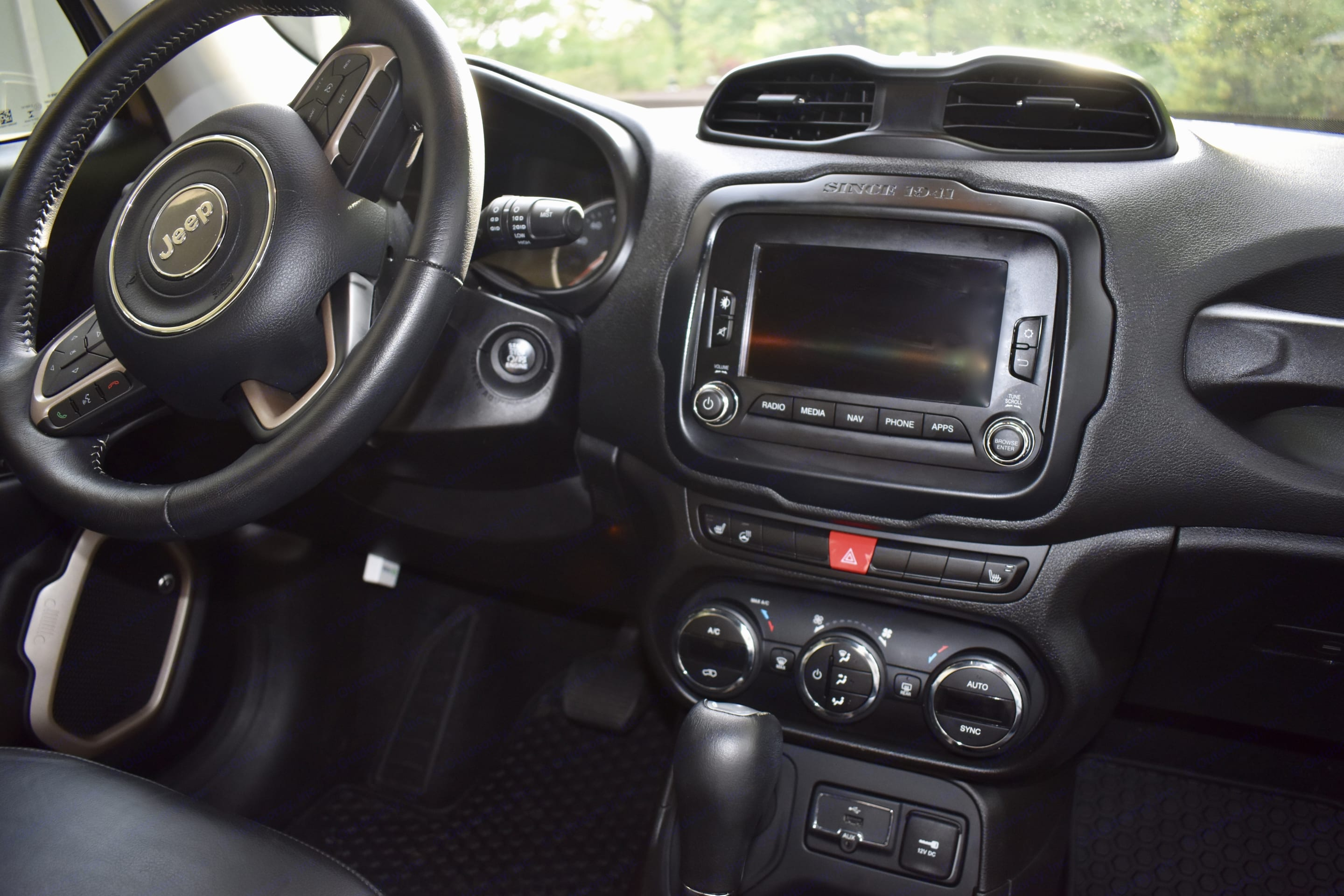 Onboard GPS equipped, heated seats and steering wheel, Beats Audio, 4X4, multi-terrain select, USB/Bluetooth connectivity. . Jeep Renegade 2017