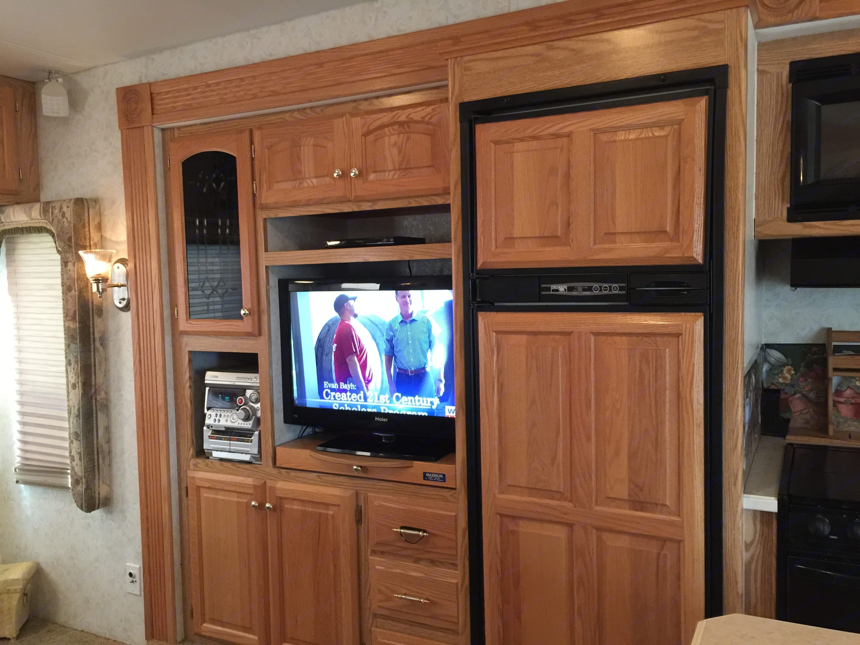 off side slide with entertainment center and kitchen. Carriage Cameo 2003