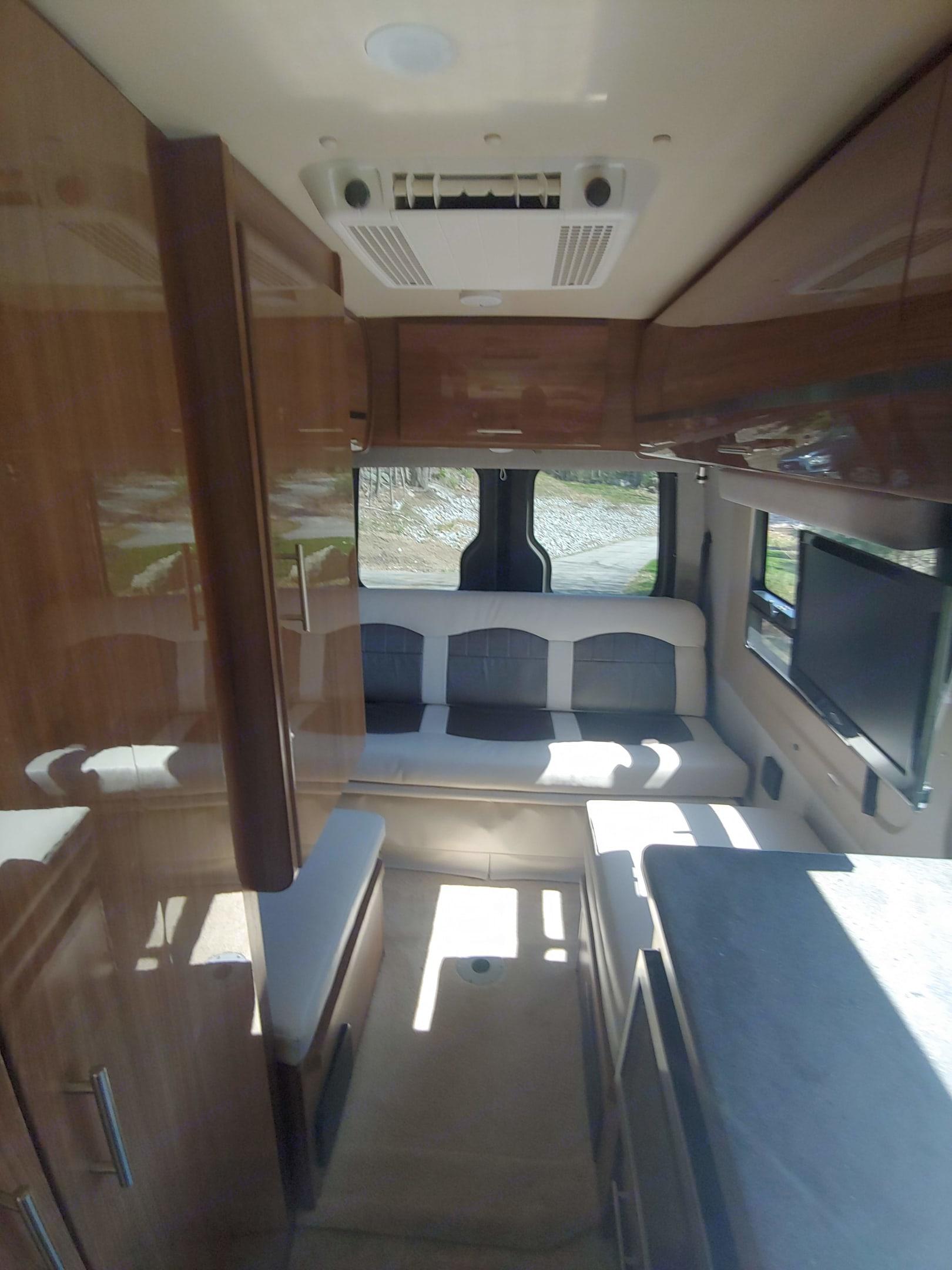 Queen Bed. . Winnebago Mercedes Sprinter 2015