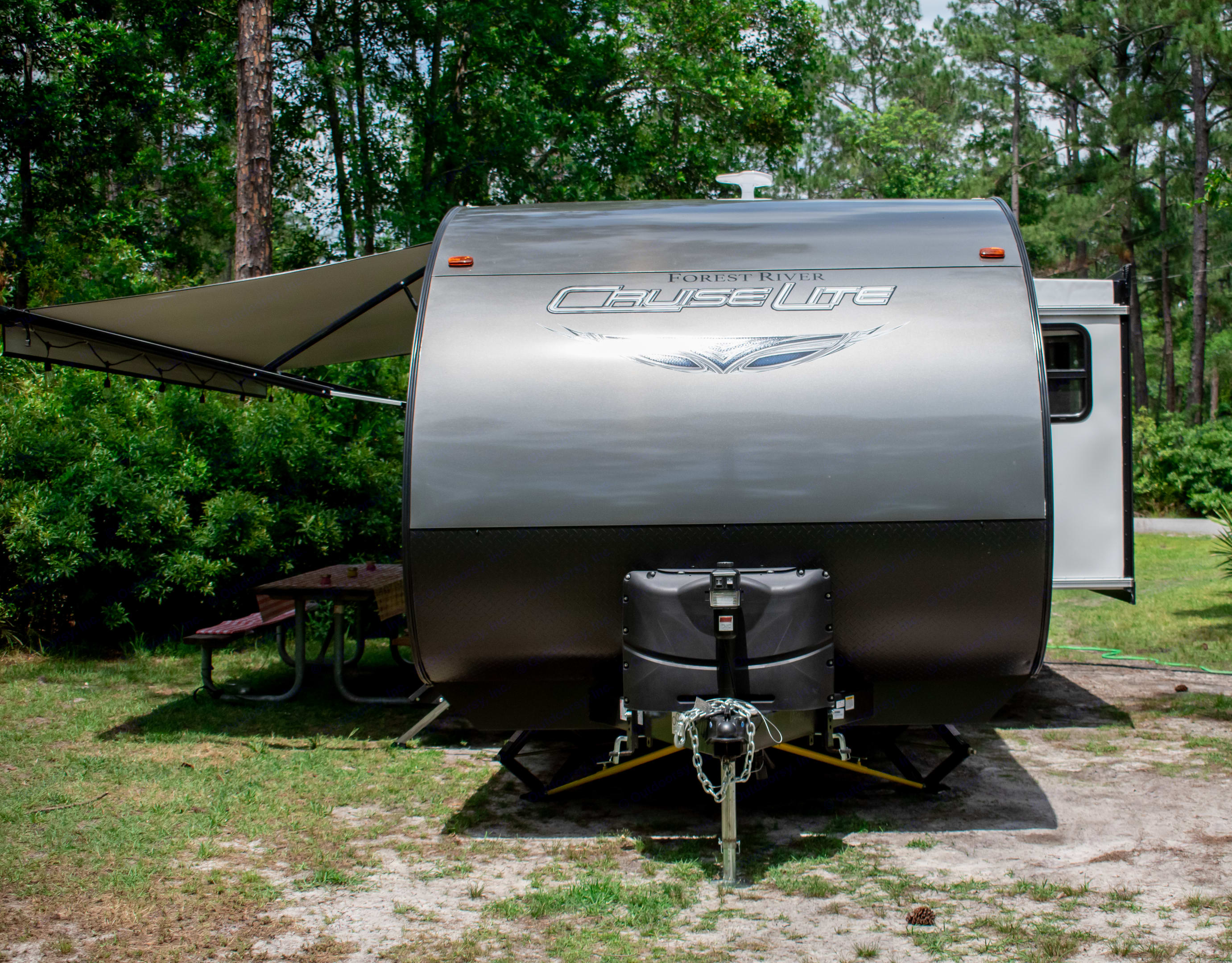 Front exterior with two 20 lbs tanks and electric jack.. Forest River Cruise Lite 2020