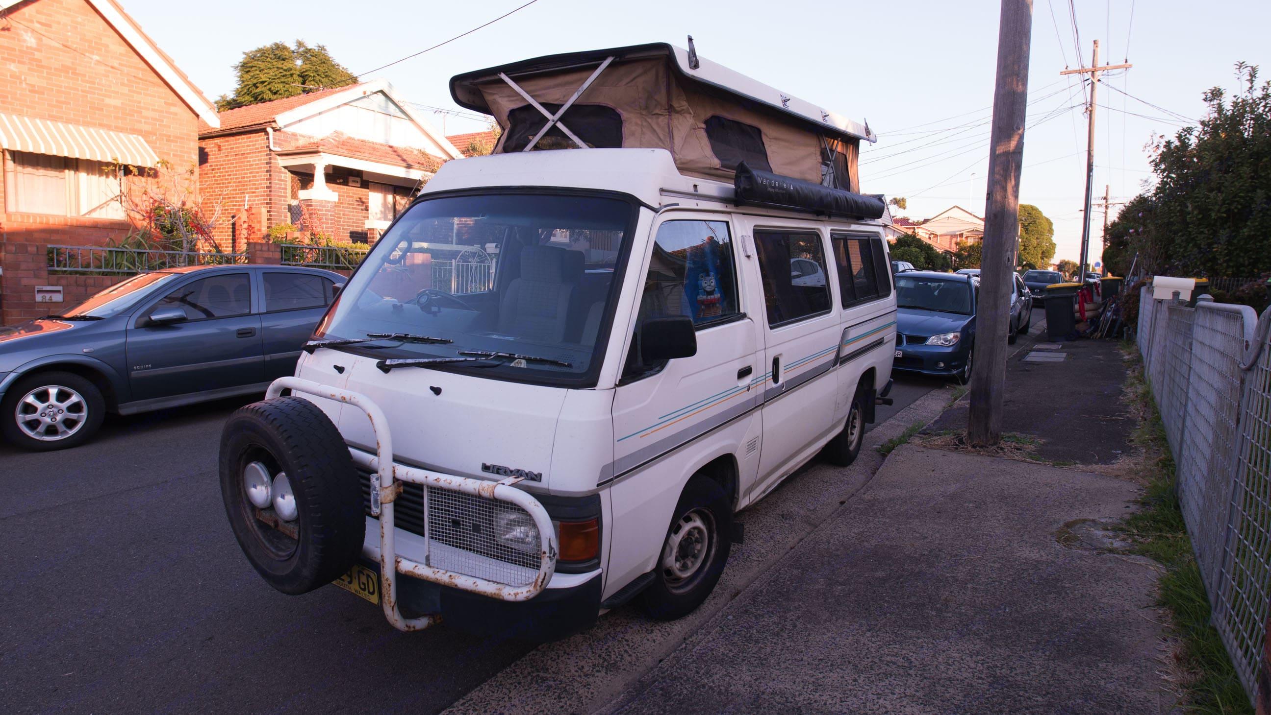 Easy to open pop top. Plenty of headspace.. Nissan Urvan 1991