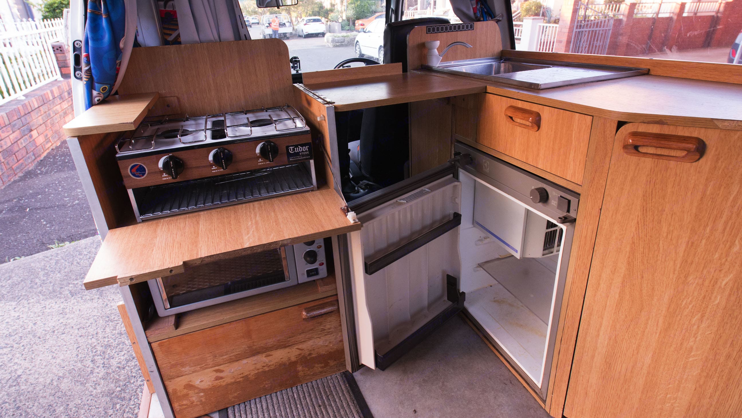 Stoves, fridge, sink, and oven. Like at home.. Nissan Urvan 1991