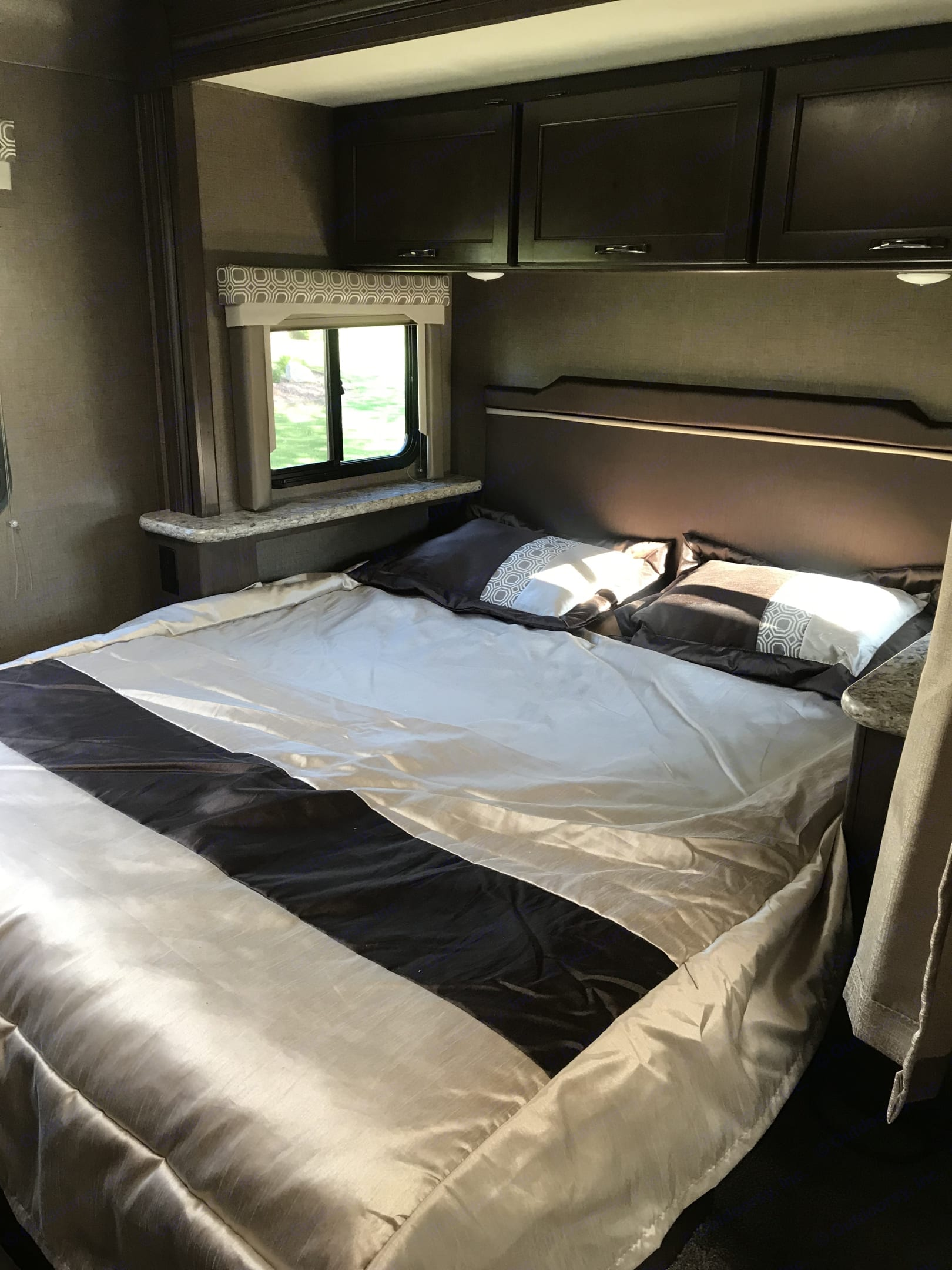 """This slide-out QUEEN bed features windows on both side for maximum air flow while listening to the sounds of nature. Thick 10"""" mattress.. Thor Motor Coach Four Winds 26B 2019"""