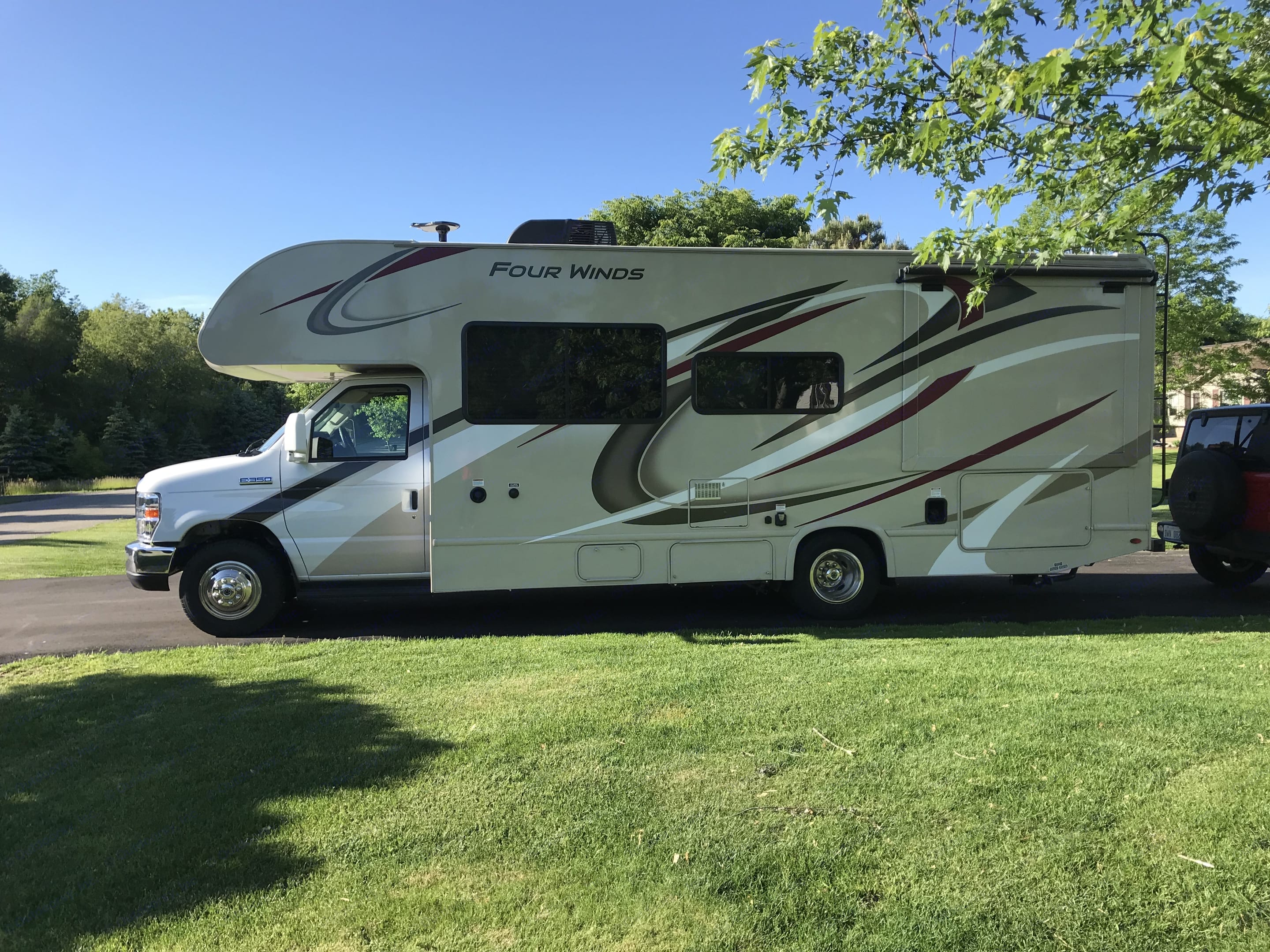 Grab your family and make some memories in this 2019 Thor Four Winds 26B!!. Thor Motor Coach Four Winds 26B 2019