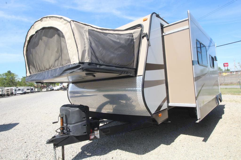 Slide out on the back of the camper allows for additional living space while still allowing access to seating, kitchen and bathroom when it isn't out (nice when you stop at a rest area for a sandwich on the way).. Starcraft Travel Star 2015