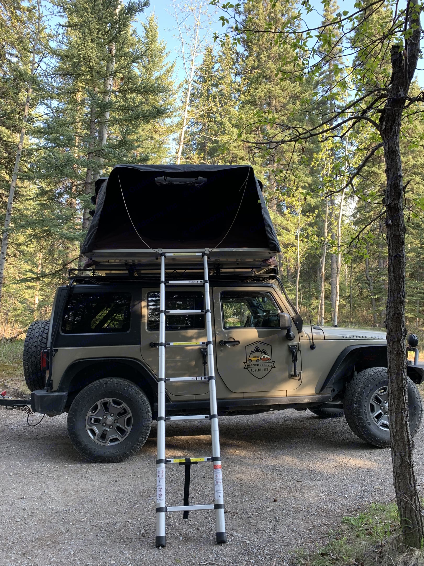 Rain fly extends over opening for added shade. . Jeep Rubicon 2017