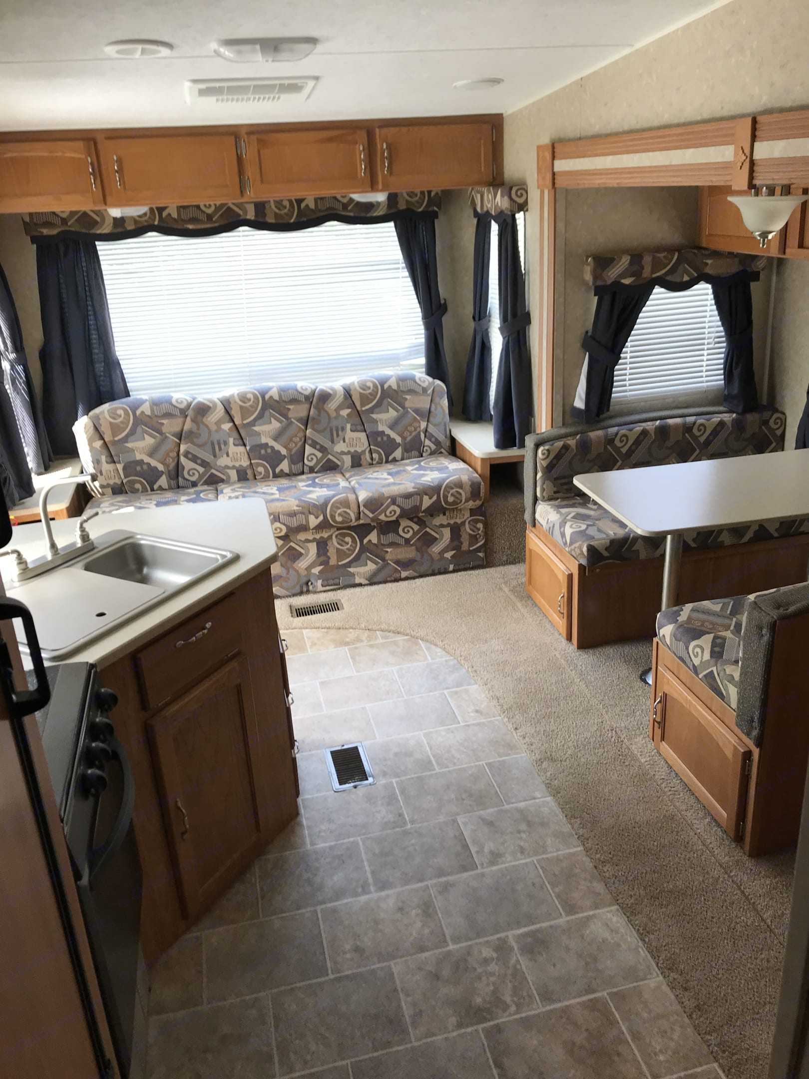 Large back window with ample seating at the table.. Palomino Puma 2009