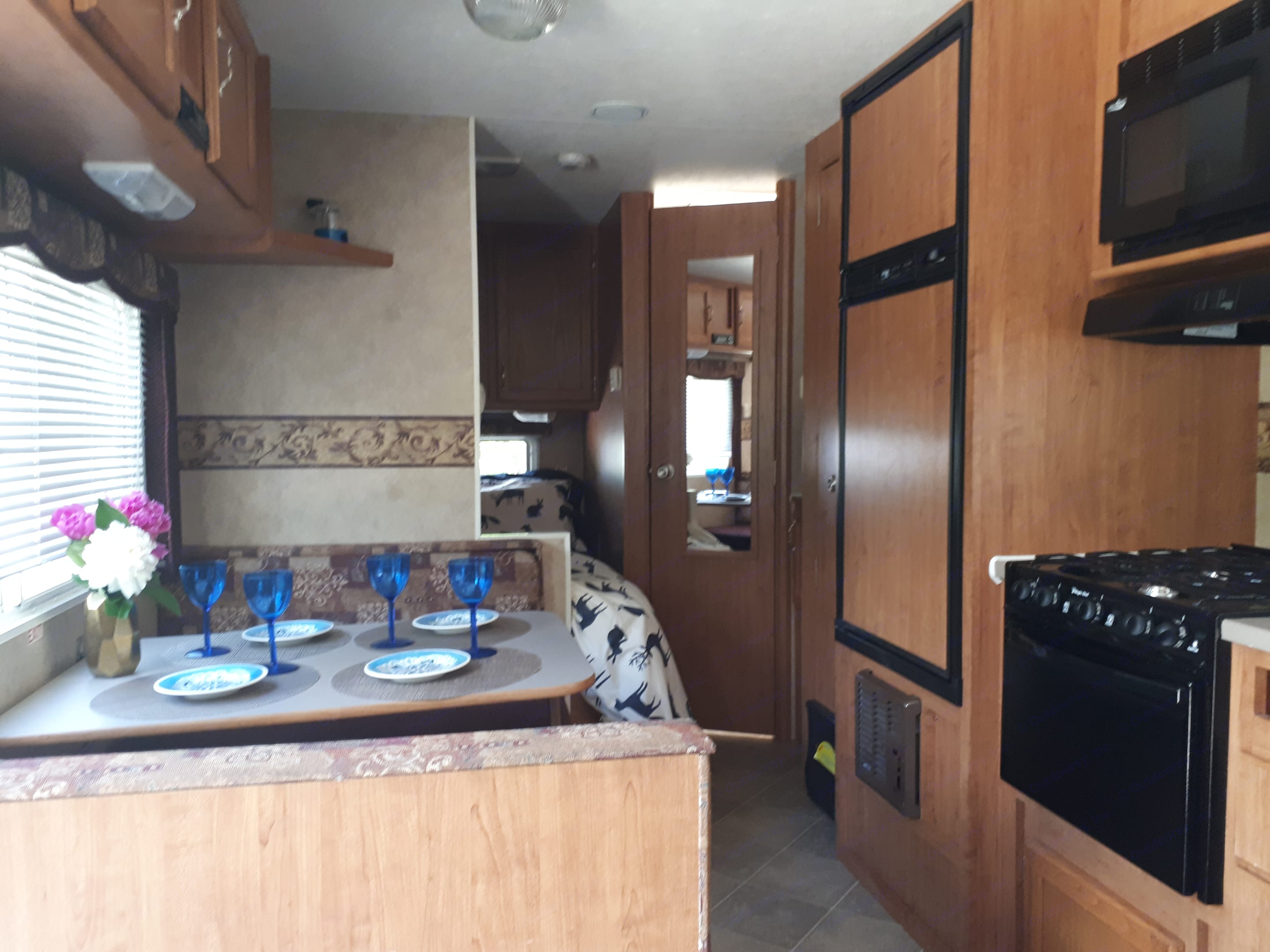 Modern conveniences at your finger tips.  Fully stocked kitchen. Dinette table converts to bed for a little person.. Komfort Kampsite 2007