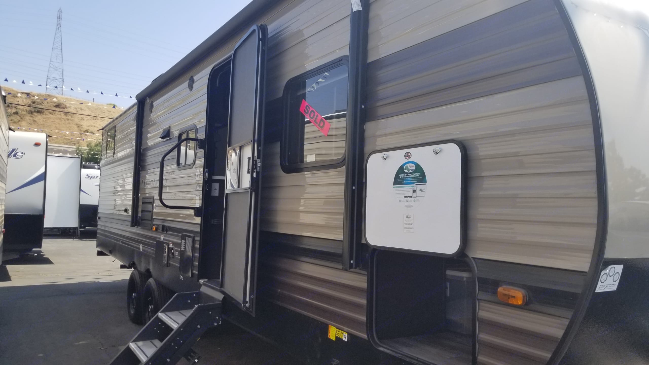 34 ft exterior, travel trailer with 18ft awning, with LED lights. Outdoor speakers, propane hookup, portable bbq, and outdoor area rug. . Forest River Wildwood 2020