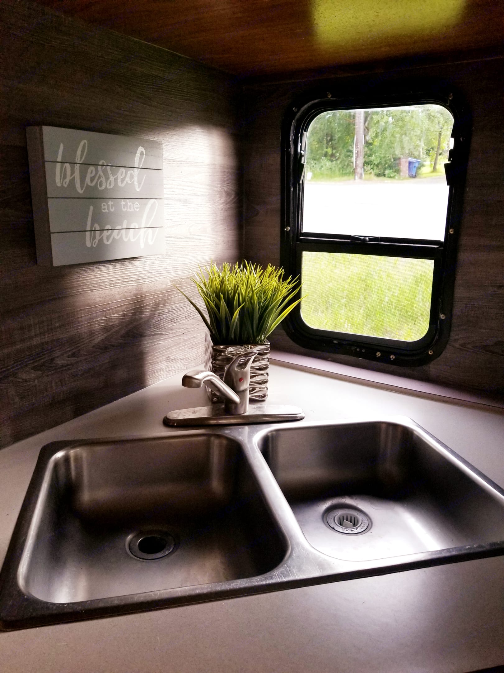 Nice view to the outside nature makes it so much more pleasant to wash the dishes in the double sink!. Ford E450 2003