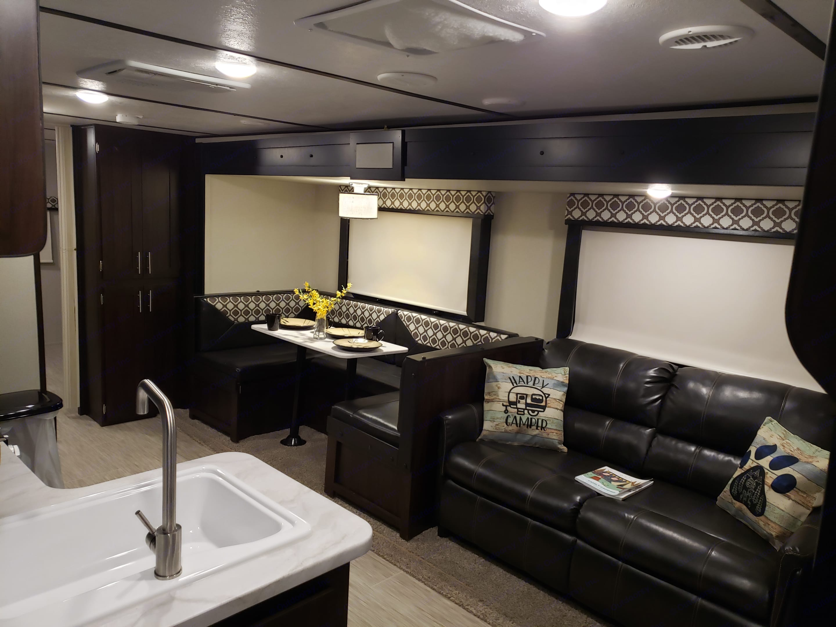 Pull out couch for additional sleeping room, as well as U shaped dinnete that may be converted.. Prime Time Tracer Breeze 2019