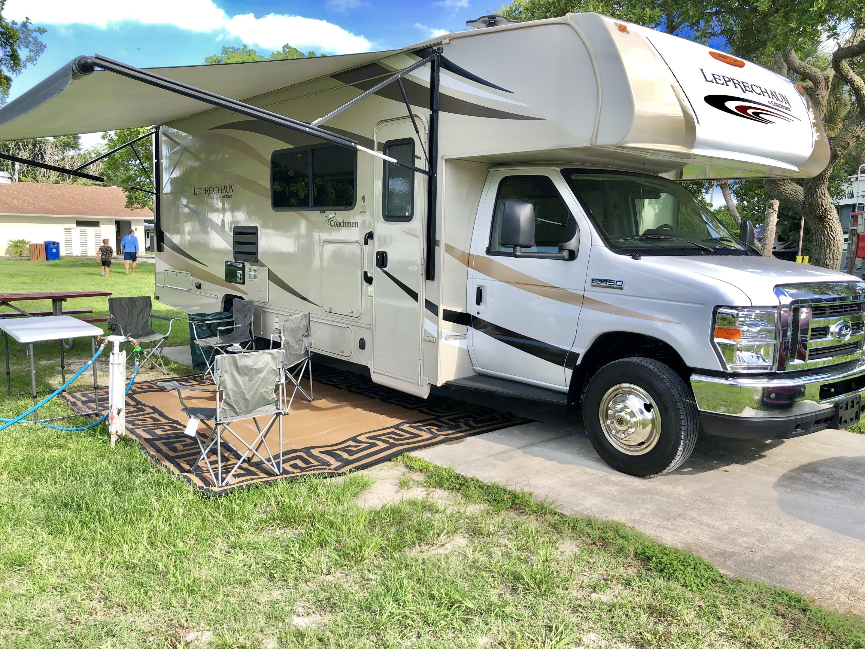 2019 28 Ft Coachmen Leprechaun 280 SS prep table, chairs and outdoor rug included. Coachmen Leprechaun 2019