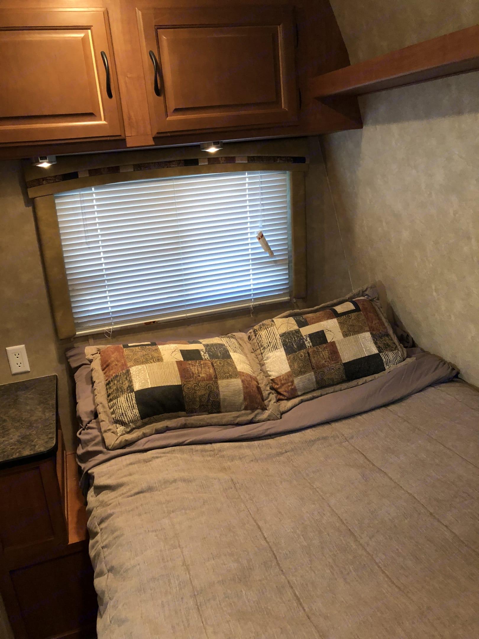 Front bed. Forest River Shockwave 2010