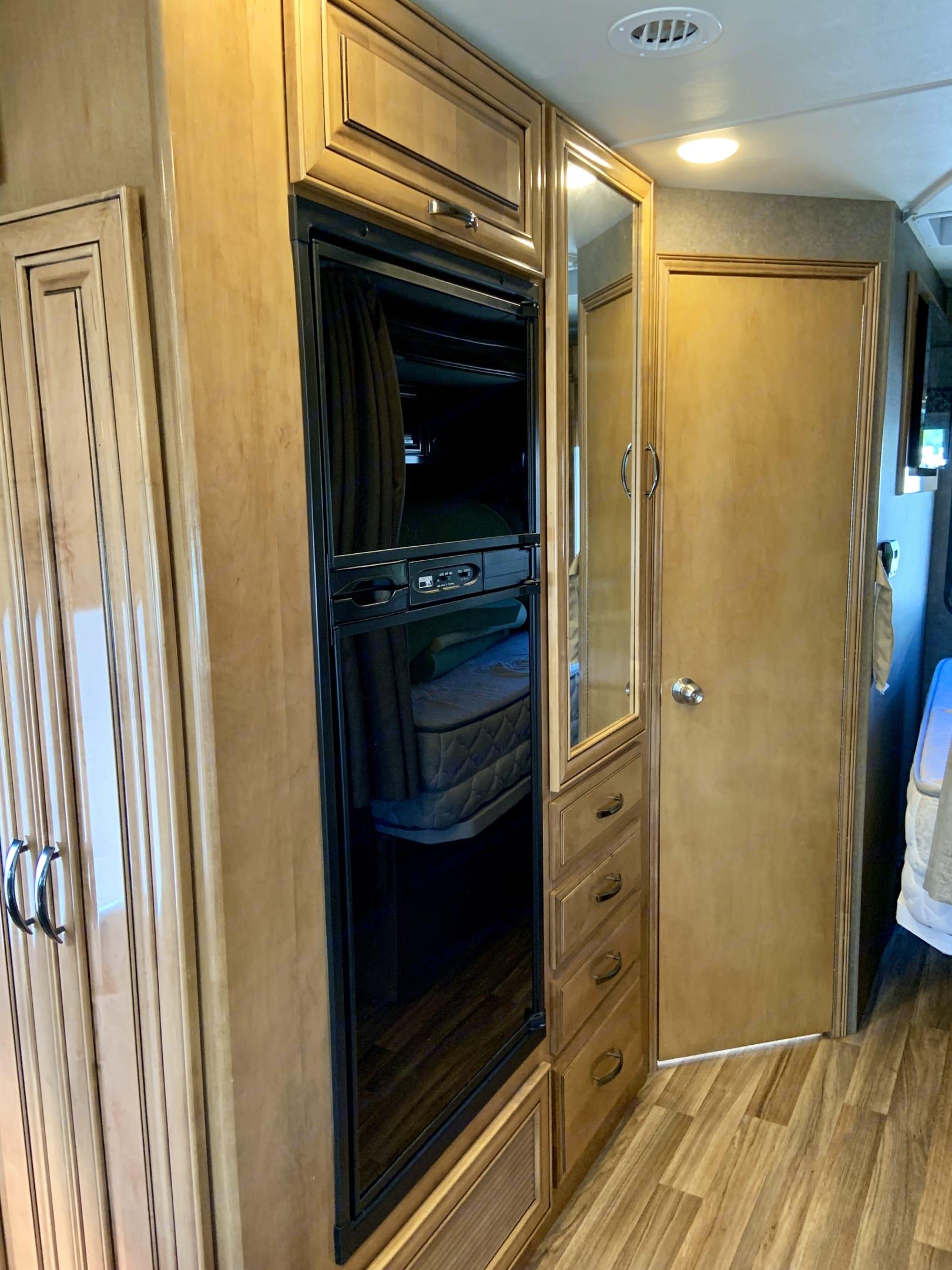 Refrigerator . Thor Motor Coach Quantum 2017