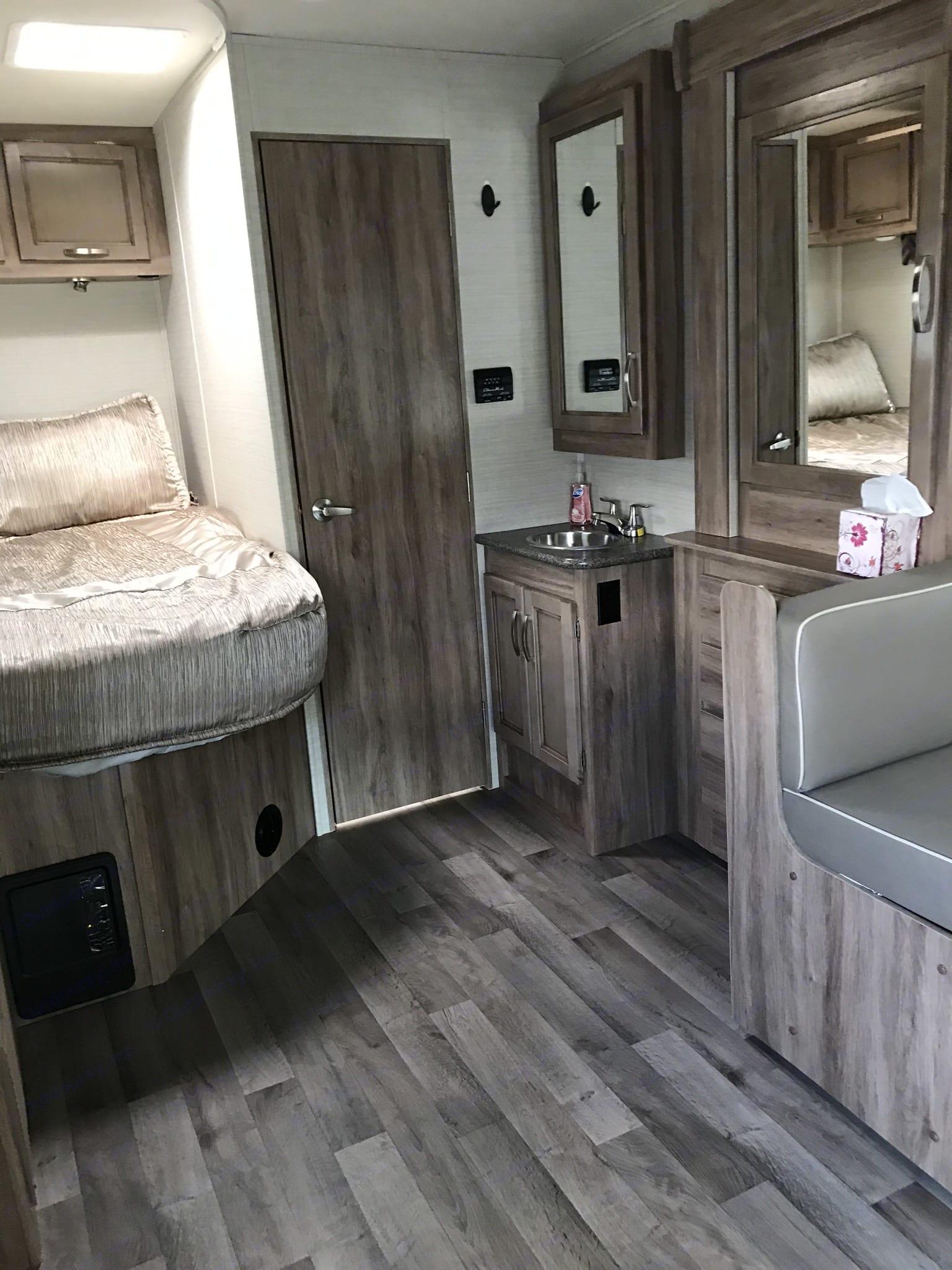 Queen bed, vanity. Jayco Redhawk 2019