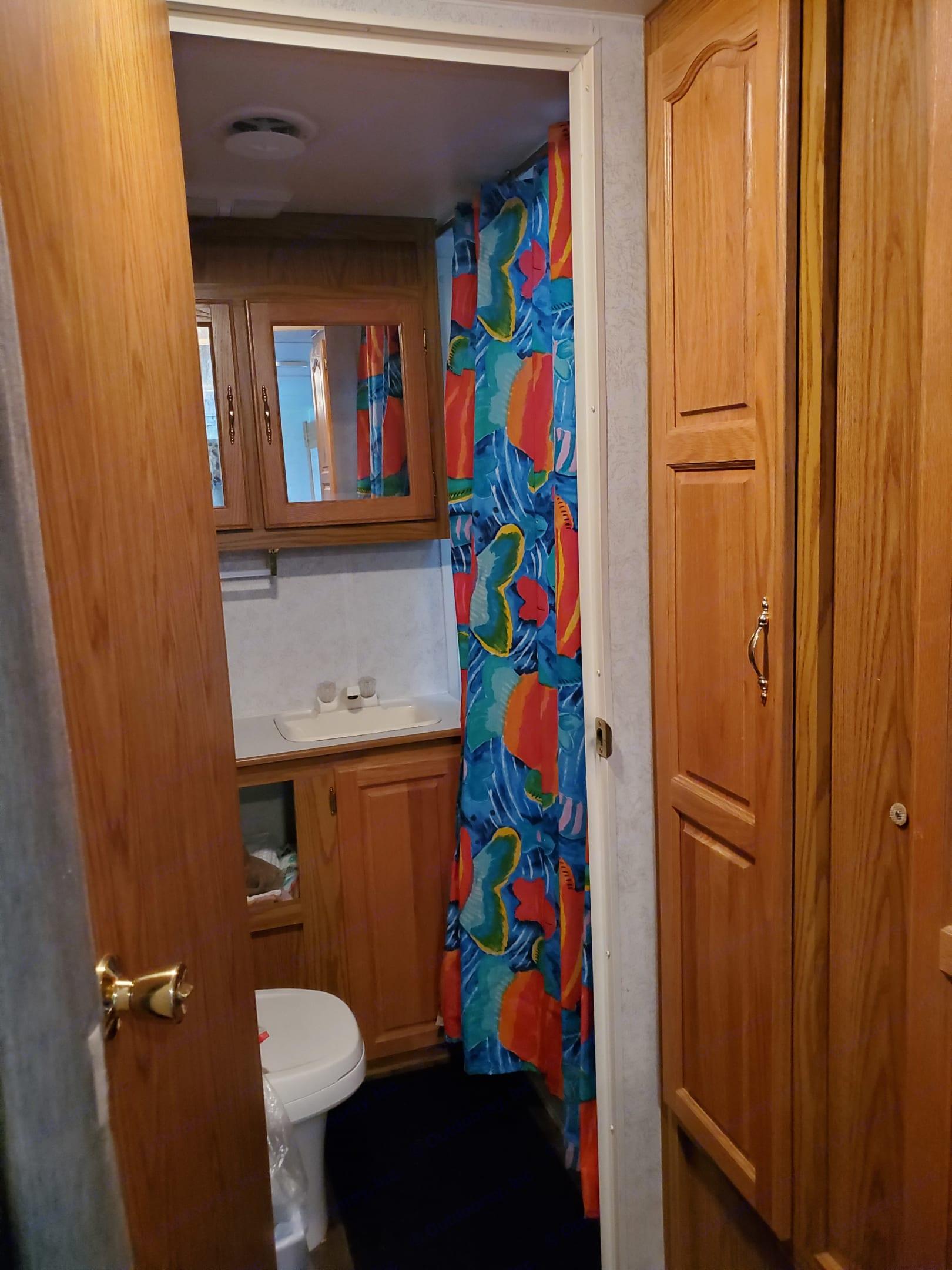 Full bathroom with tub. . Shasta Phoenix 2000