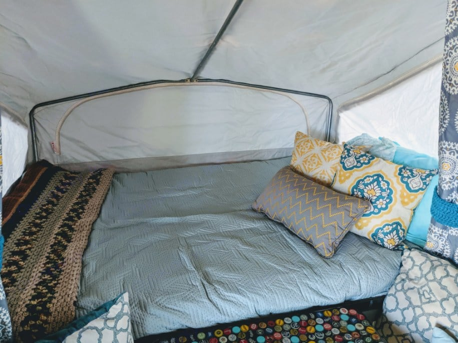 Each bed is supplied with two pillows, fresh sheets, blanket and quilt. (When you choose to add-on sheets). Jayco 806 1992