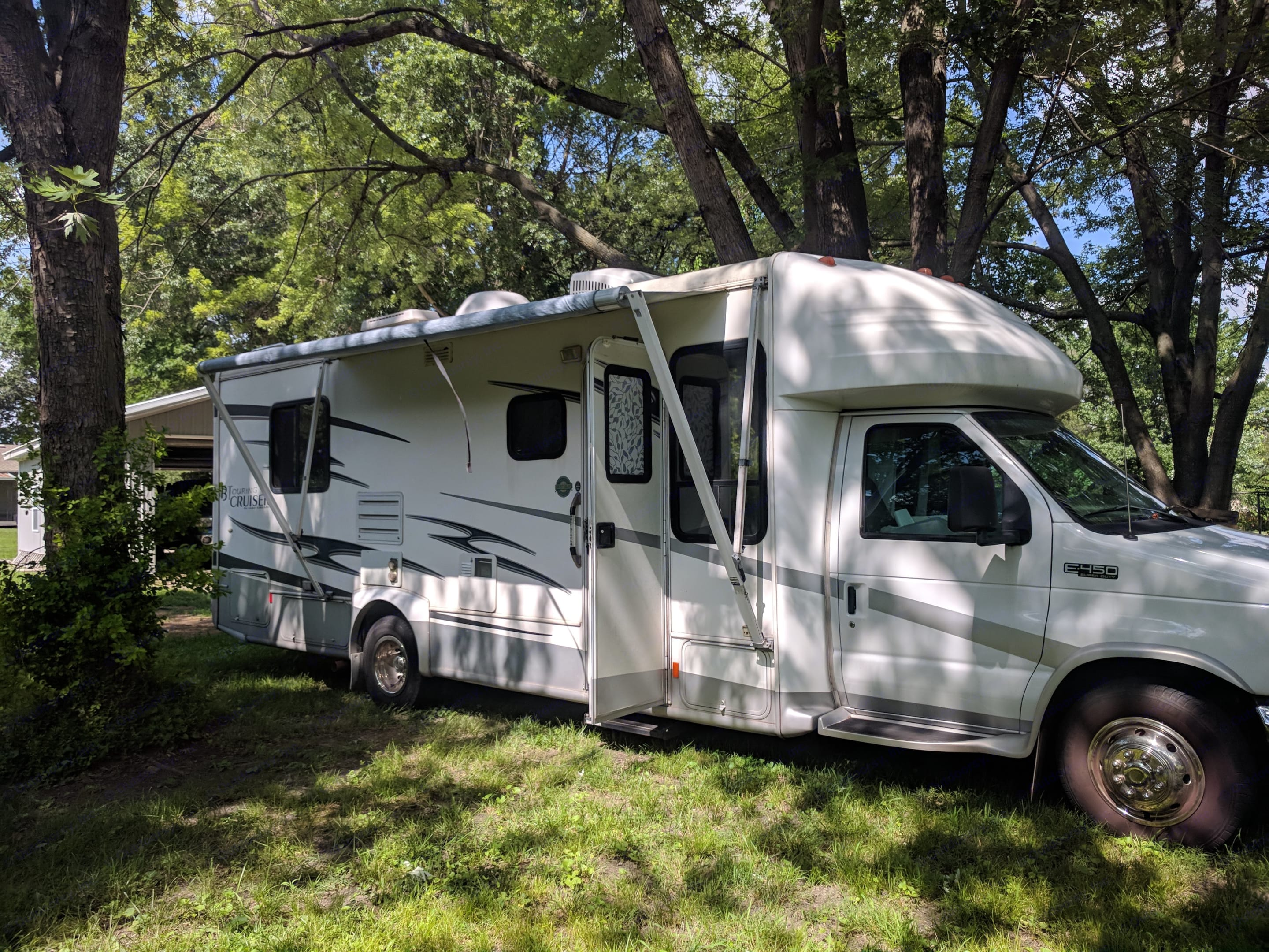 Cute Class C is ready for your glamping trip!. Gulf Stream B Touring Cruiser 2005