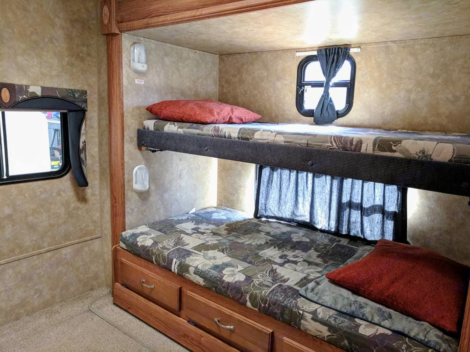 The bunkhouse slide-out includes a double bunk with a trundle bed, a small table, and plenty of storage. . Jayco Jay Flight 2009
