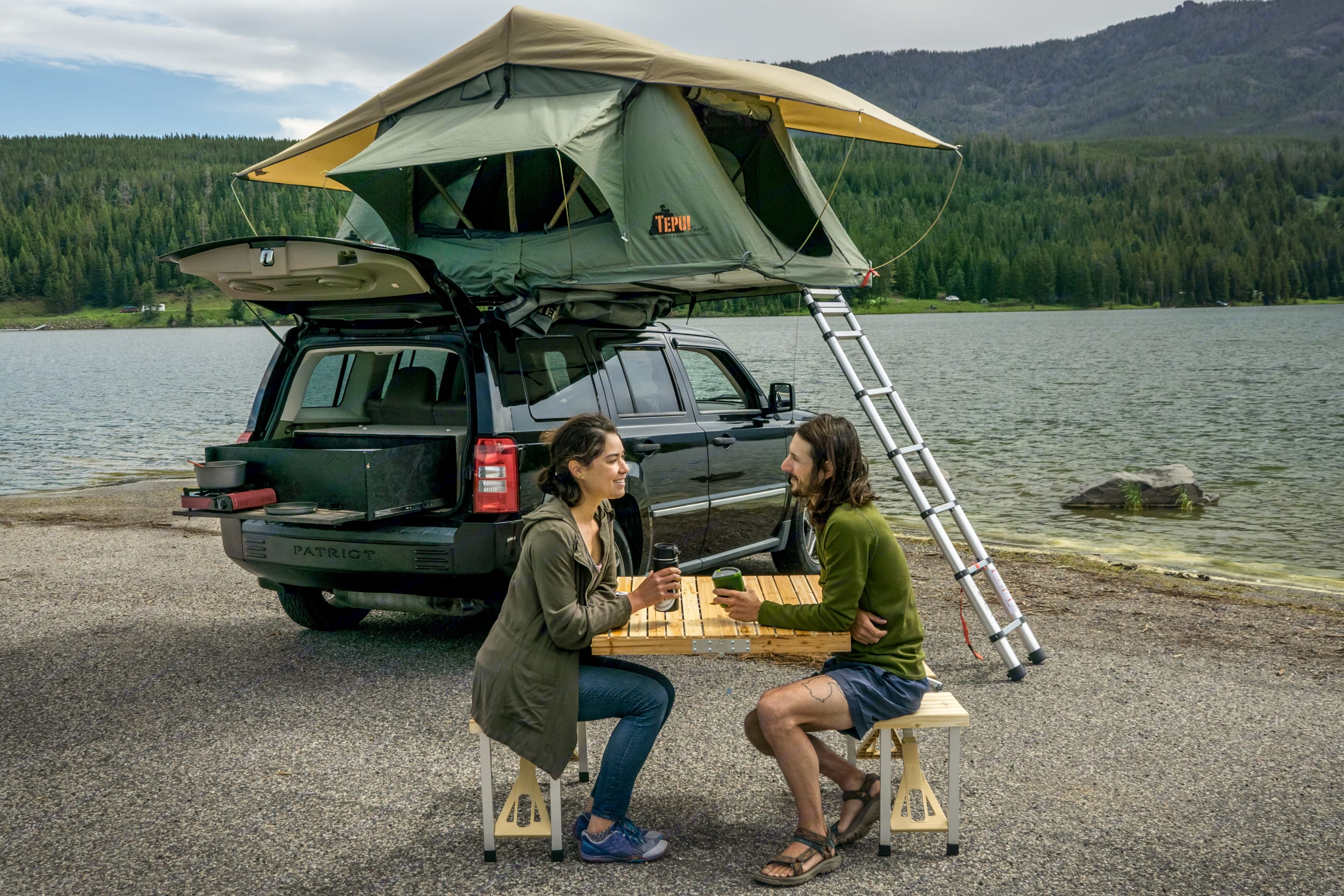 A fold out table is included and a total lifesaver . Jeep Patriot 2009