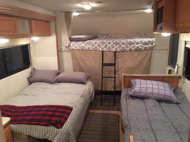 Sleeps 5 (2 in Cab-Over Bed (Queen Bed), 2 in Fold Down Couch (Full Bed), 1 in Converted Table or 2 Kiddos (Twin Bed). Winnebago Minnie Winnie 24F 2002