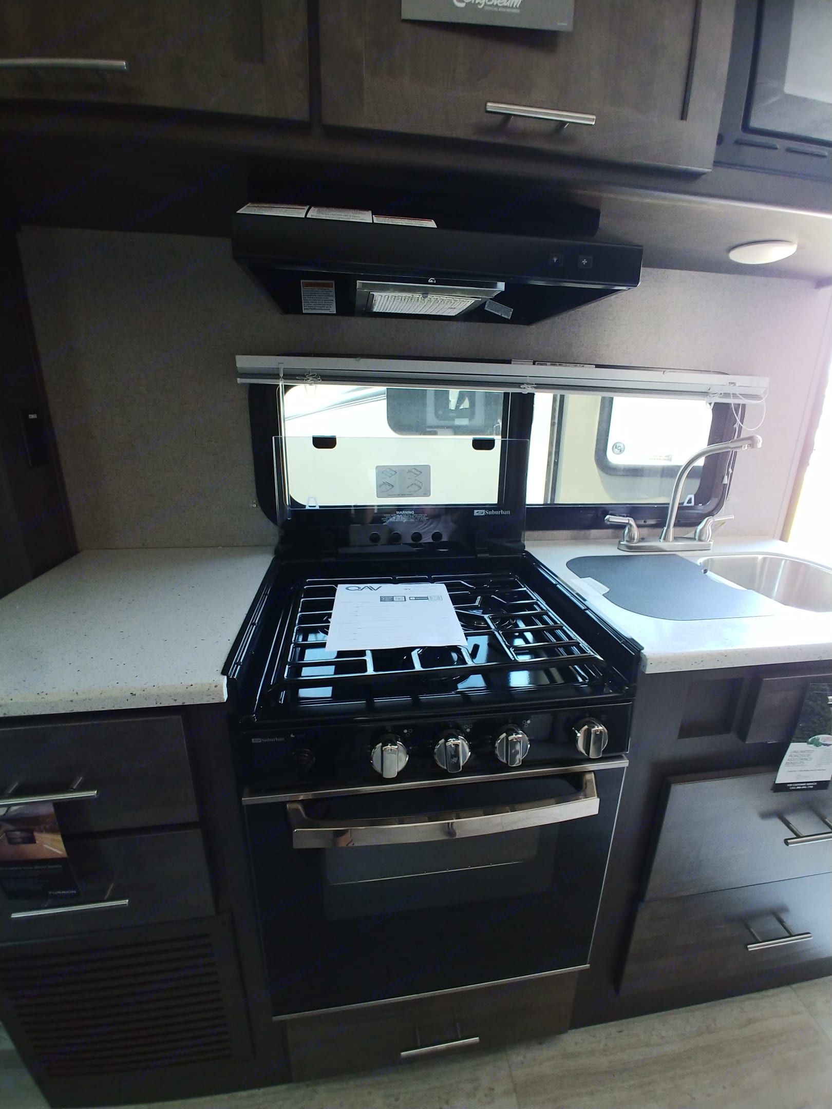Gas stove with glass cover,, double-sided sink and real oven! Great storage space and counter space to work.. Forest River Rockwood Mini Lite 2019