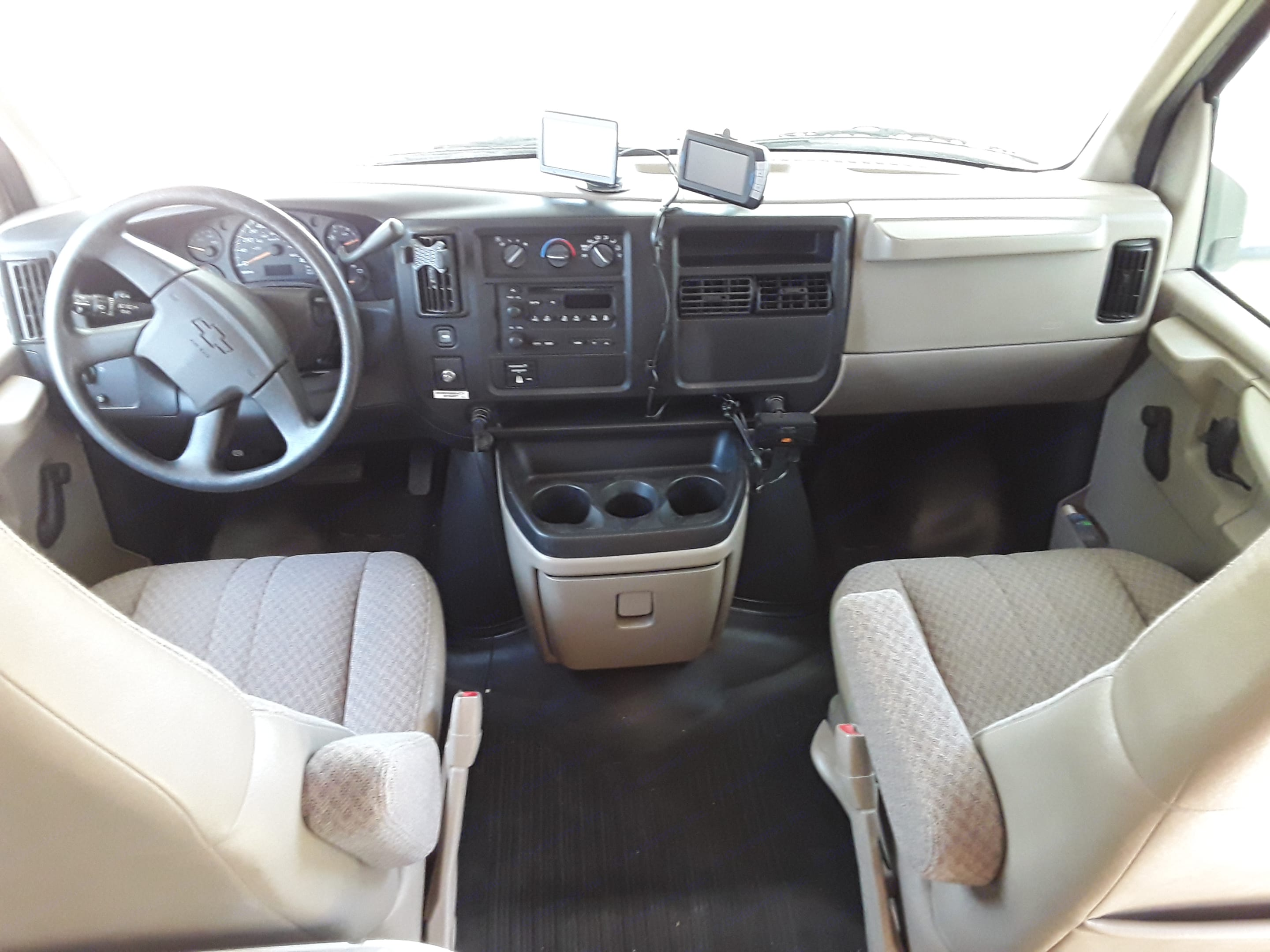 Cruse control, cold A/C, backup camera, USB chargers and GPS. Also has windshield cover for privacy.. Coachmen Freedom Express 2004