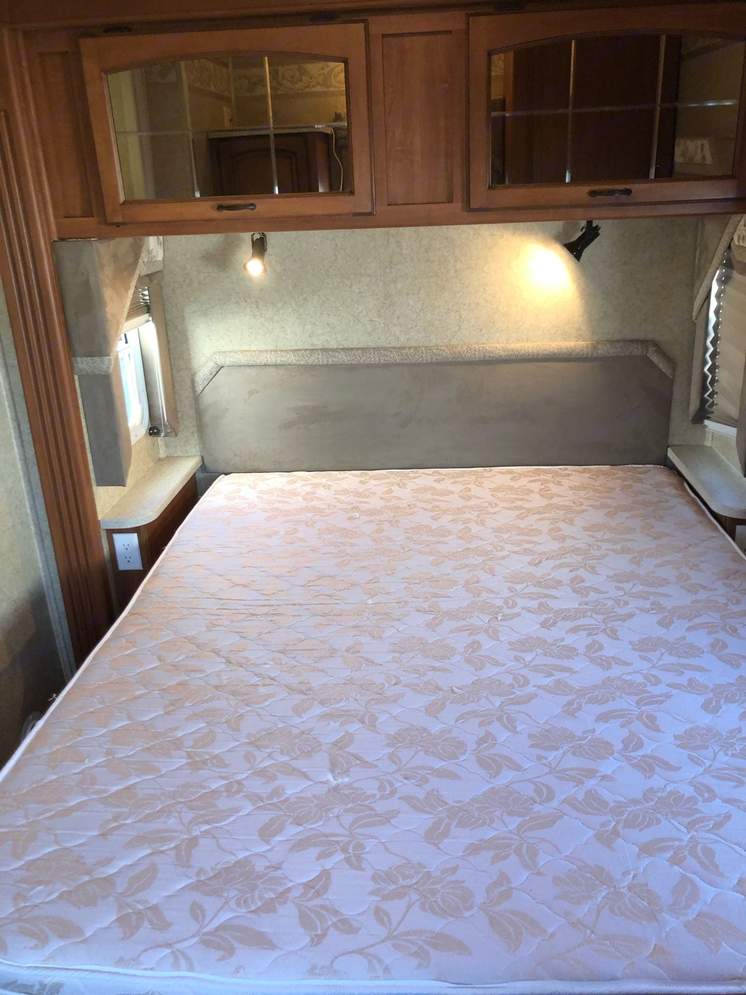 queen mattress slightly used like new no stains also we provide a mattress cover for the mattress during your rental. Jayco Greyhawk 2007