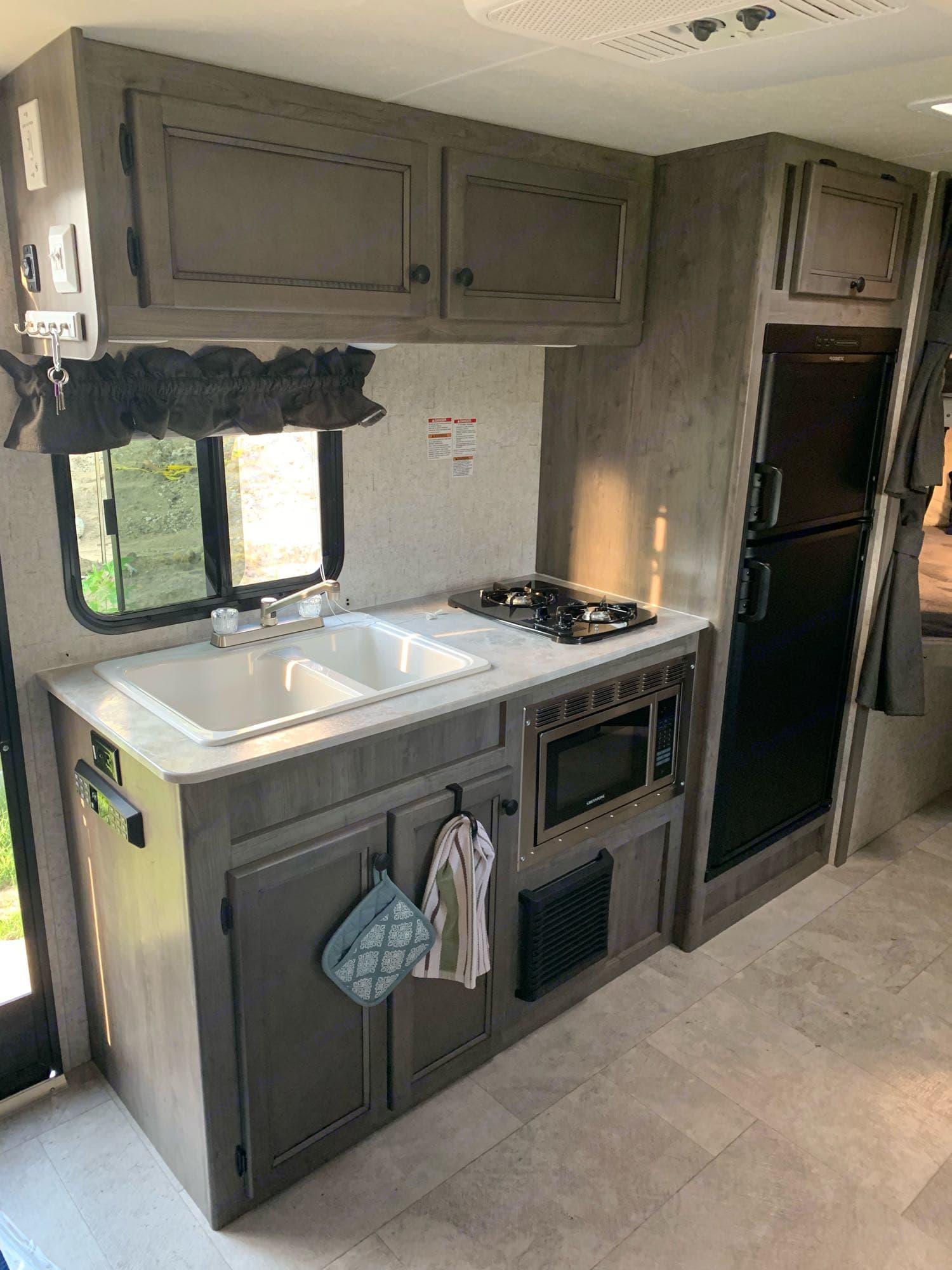 Kitchen. Coachmen Apex 2020
