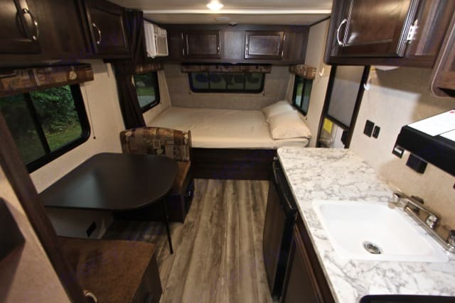 Queen bed and dinette . Jayco Jay Flight 2018