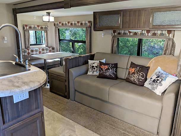 We are boondock friendly and will deliver and set up the camper to your rented site so you can start enjoy your camping experience with your family in this super clean 2017 Apex Ultralite 276BHSS travel trailer. Why stay in a hotel when you can visit friends and family in the great outdoors, we will have it ready to go. Just bring your clothes, toiletries, and food and you're set to take the perfect vacation!  This camper features a private master bedroom, double bunks, plenty of storage, a flat screen TV, a DVD player and indoor/outdoor speakers. . Coachmen Apex 2017