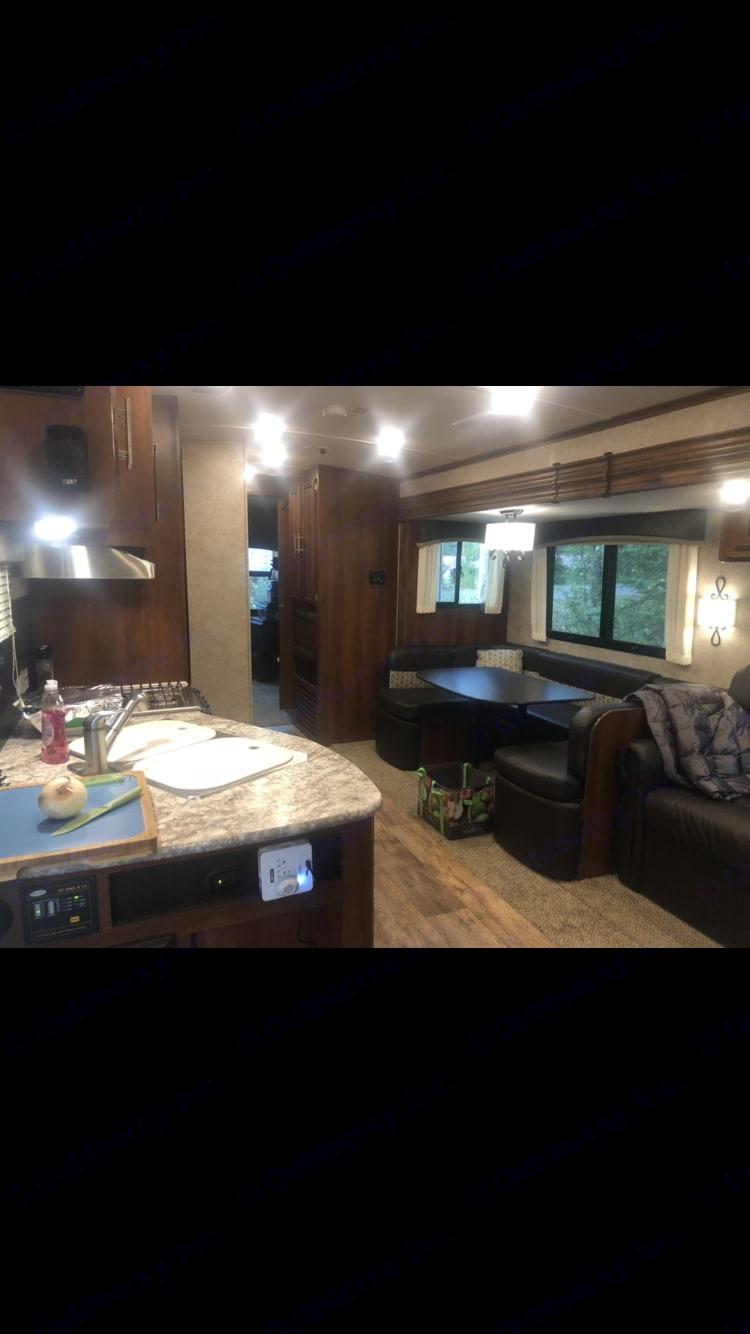 Kitchen and dining area . Jayco Eagle 2016