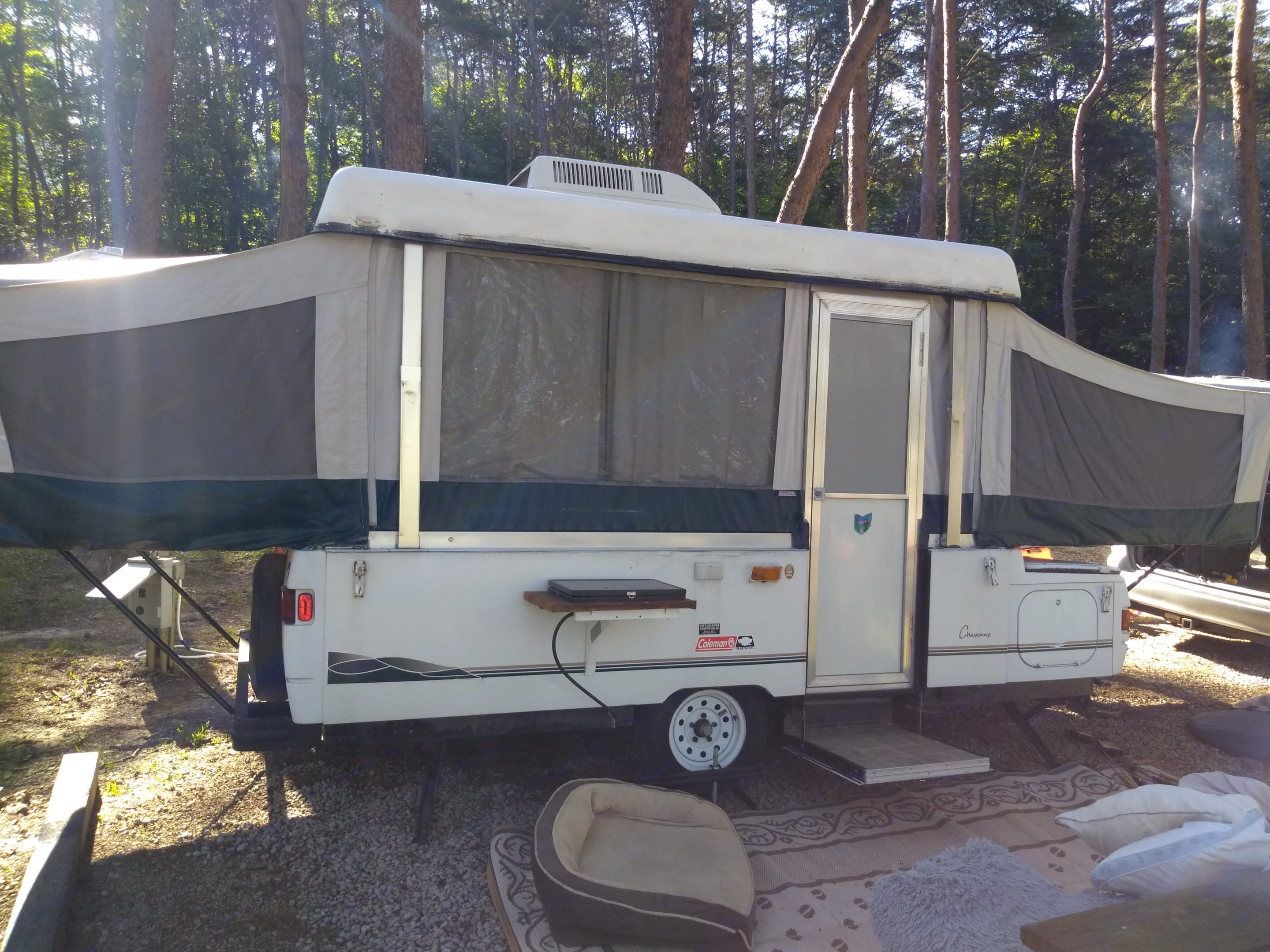 AC, Exterior Stove, King-Size Bed, Full-Size Bed. Coleman Grand Tour Cheyenne 2000
