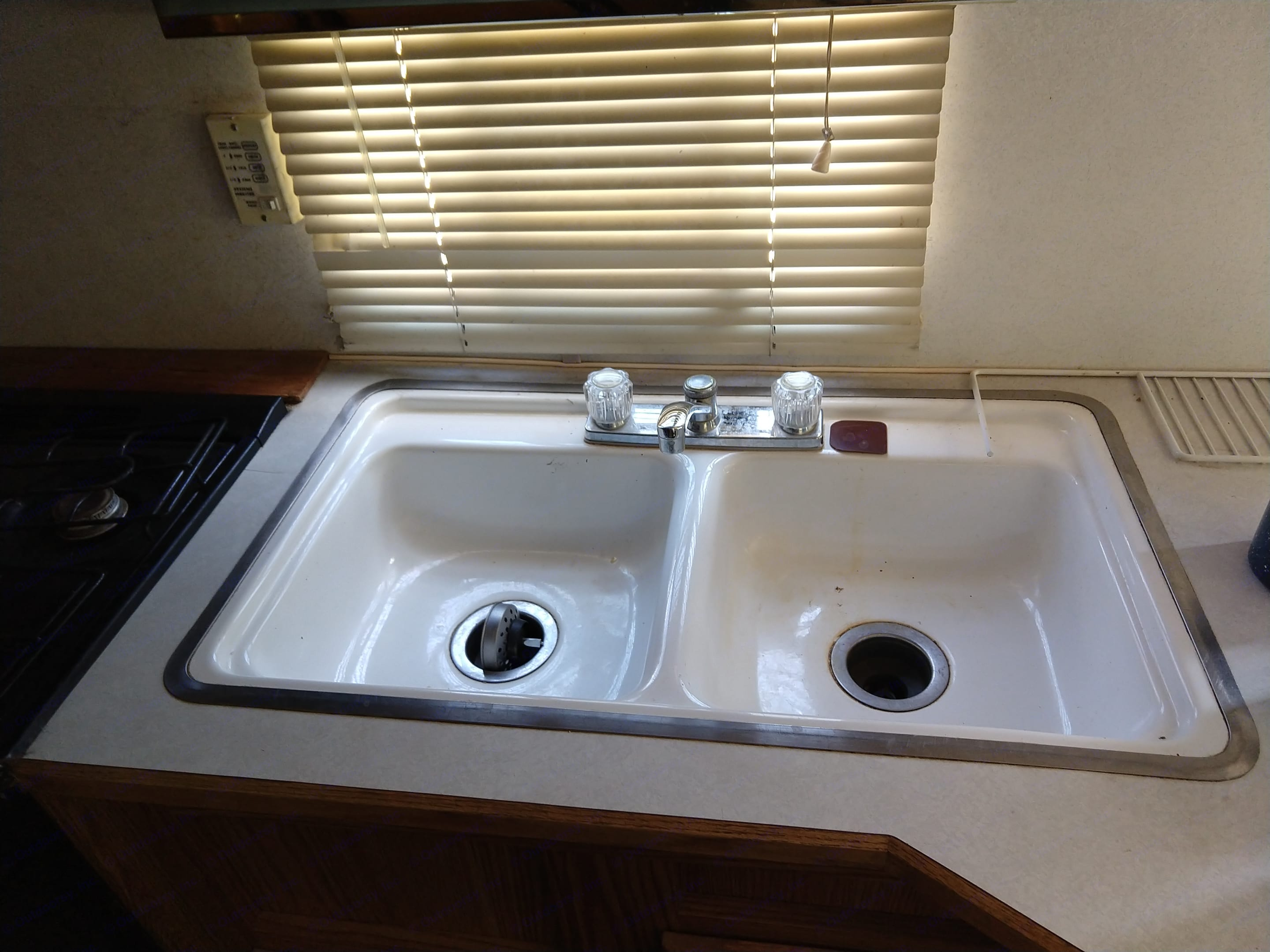Large sink with functional hot water. Thor Motor Coach Tahoe 1997