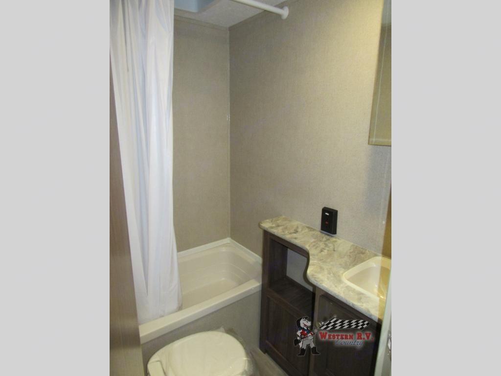 Full bathroom. Coleman 215 BH 2018