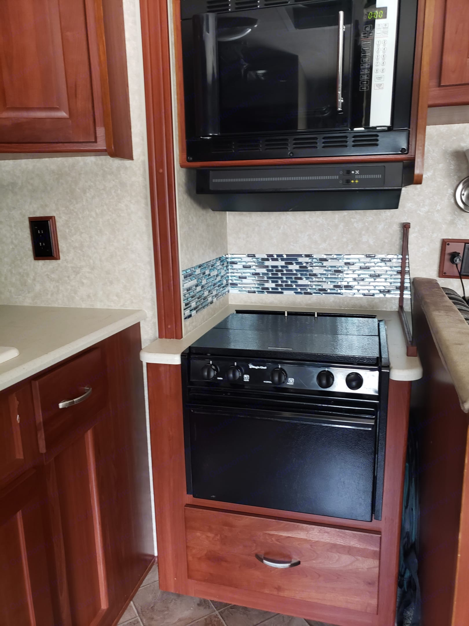 Gas range with convection/microwave oven above. . Winnebago Vista 2010